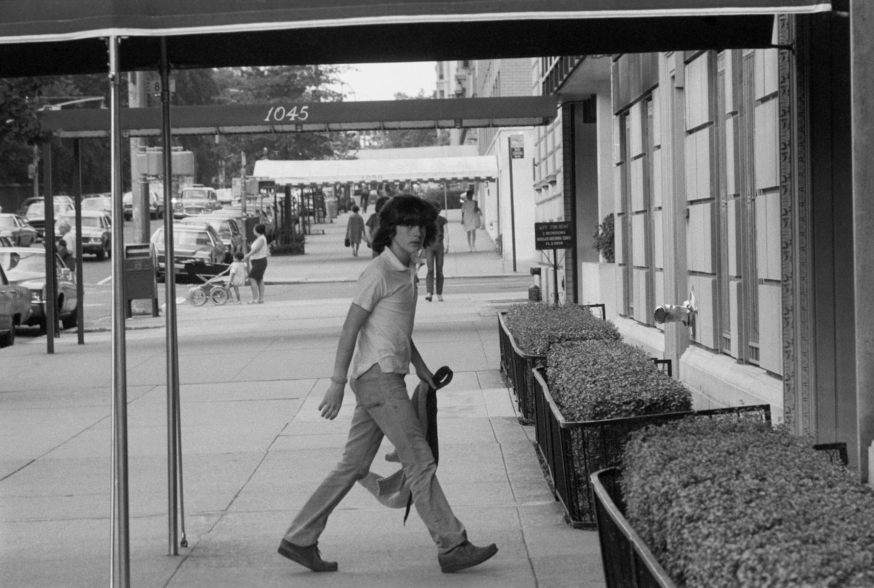 10-летний Джон Ф. Кеннеди-младший идет поНью-Йорку, 1970 год