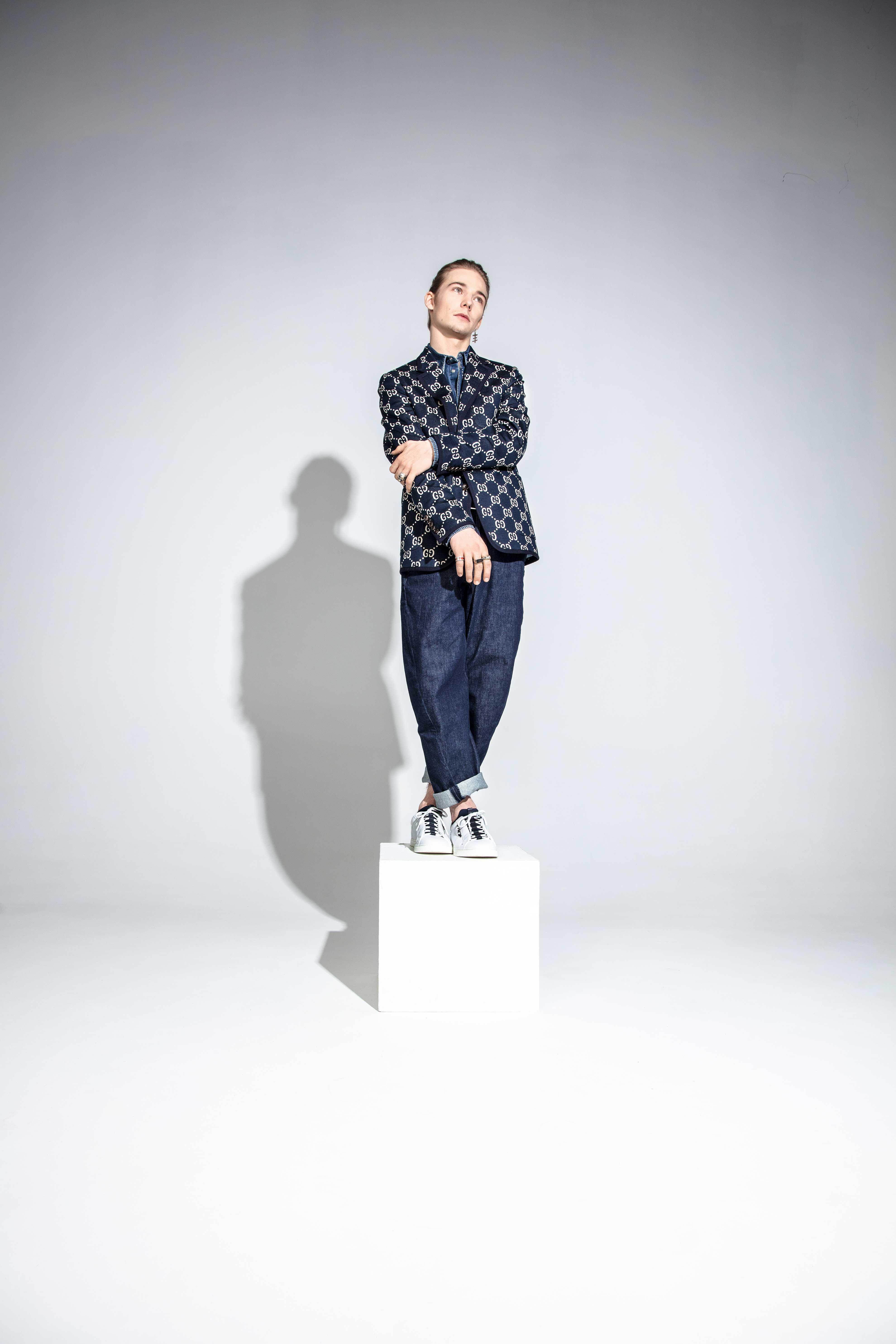 Пиджак Gucci; рубашка Dolce & Gabbana;  ремень Barrett; джинсы Levi's; кеды Fendi