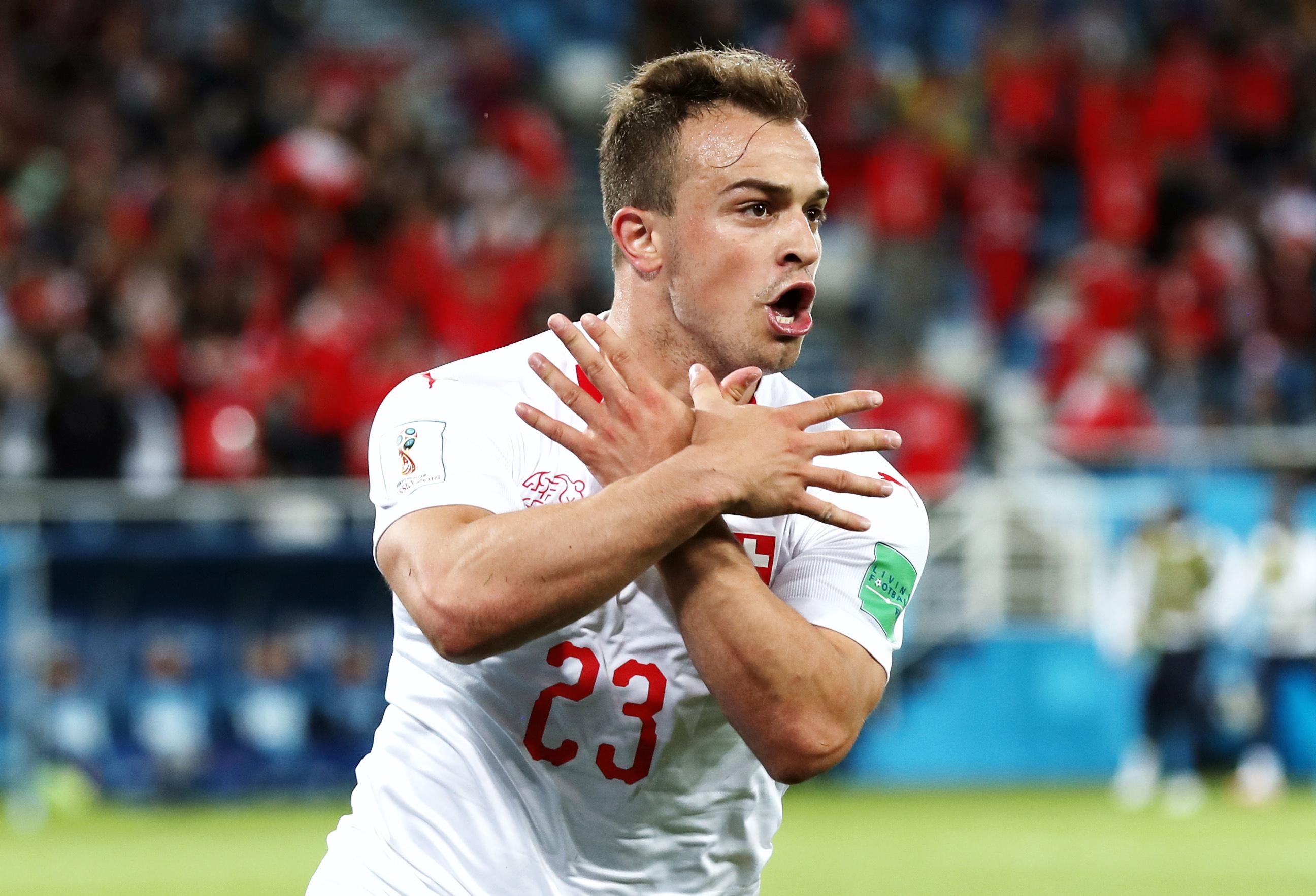 Швейцарец Шердан Шакири отмечает гол, показывая напальцах албанского орла. Этот жест отсылает кфлагу Албании: Шакири родился всемье косовских албанцев итакже имеет гражданство этой страны. Поведение футболиста вызвало недовольство сербов.