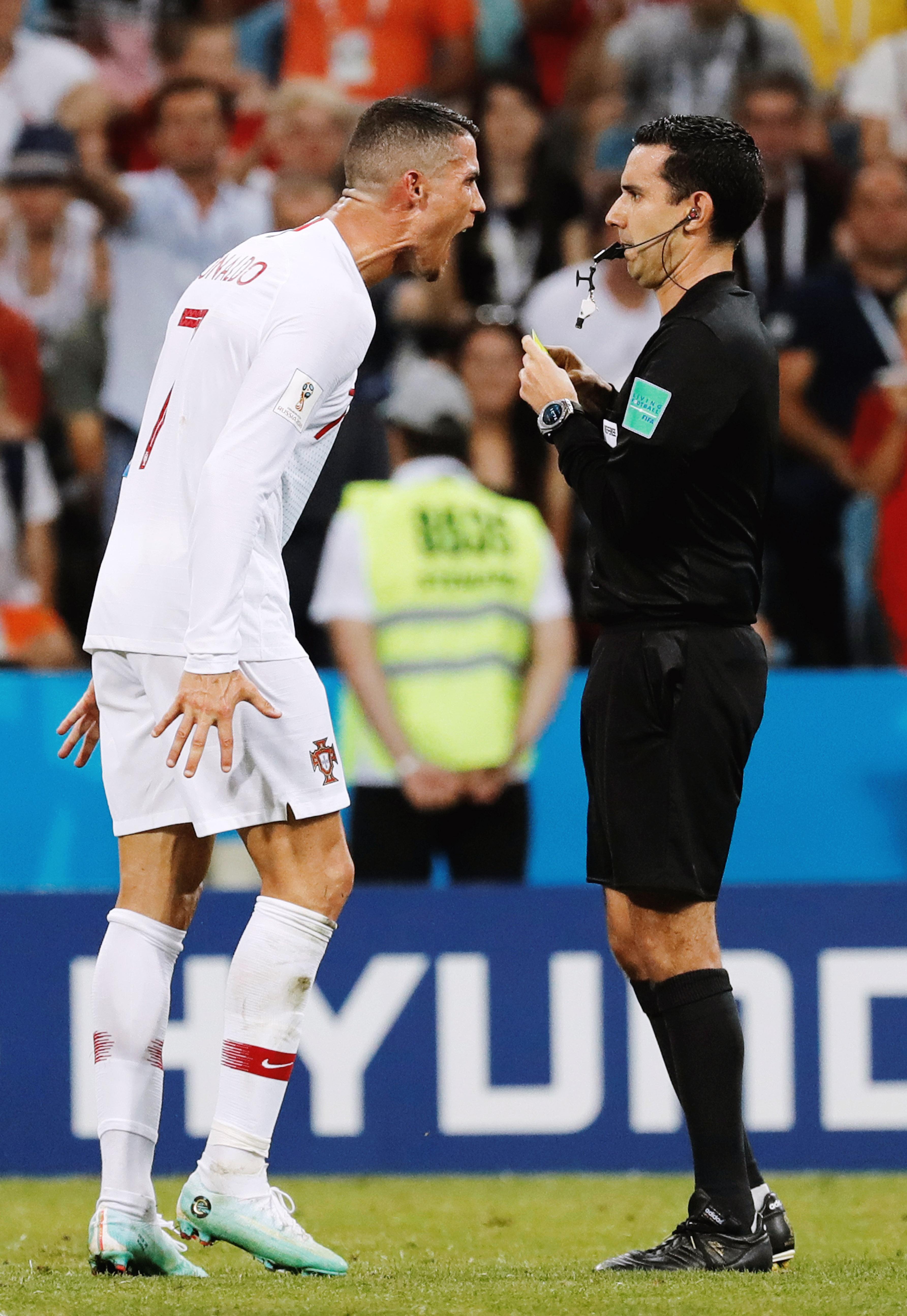 Роналду спорит сарбитром во время матча Португалия — Уругвай