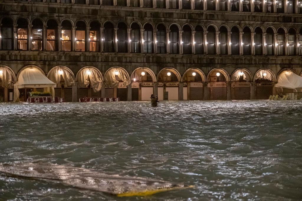 Фотограф делает снимок наплощади святого Марка во время сильнейшего запоследние 50 лет наводнения вВенеции.