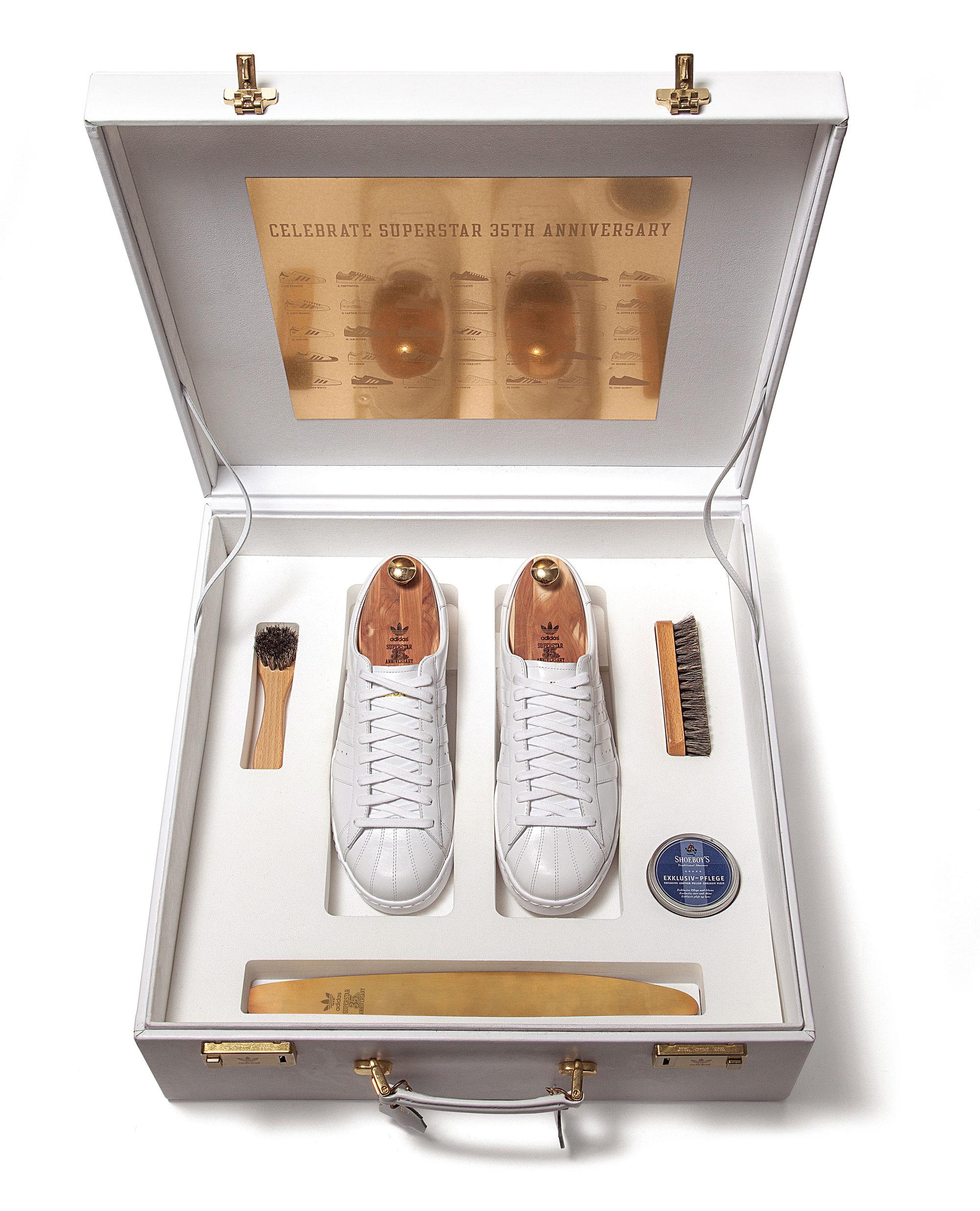 В 2005 году adidas отмечал 35-летнюю годовщину adidas Originals Superstar выпуском специальной коллекции #SS35, которая состояла из35 моделей кроссовок, созданных вколлаборации сизвестными деятелями мира музыки, моды иискусства. Одна изних — эксклюзивная модель, изготовленная вручную извысококачественной кожи вспециальном позолоченном кейсе.