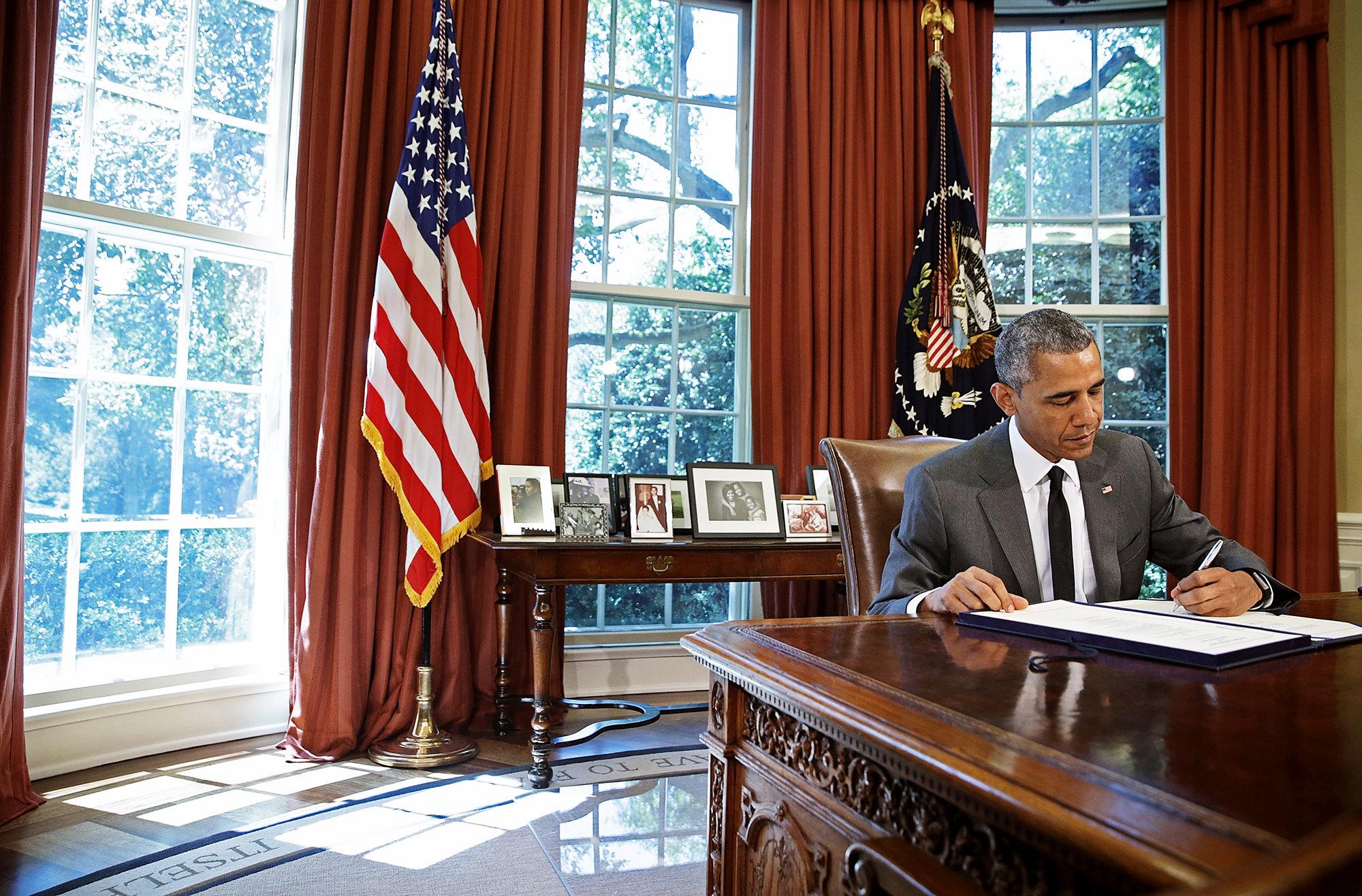 Барак Обама подписывает законопроект вОвальном кабинете, 31 июля 2015