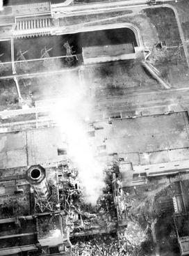 """Из показаний академика Легасова: """"Из жерла реактора постоянно истекал такой белый, нанесколько сот метров столб продуктов горения, видимо, графита. Внутри реакторного пространства было видно отдельными крупными пятнами мощное малиновое свечение""""."""