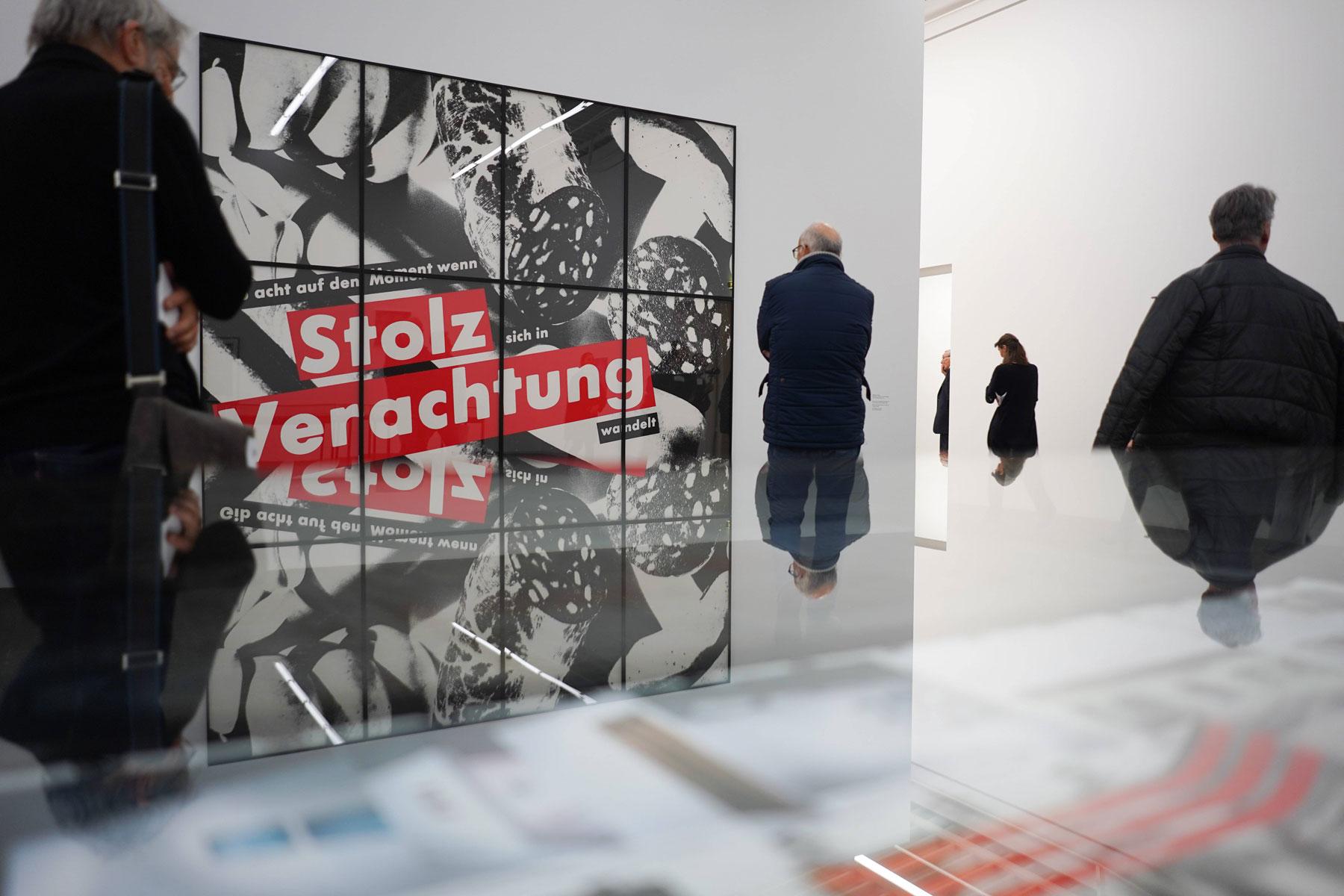 Работа Local Histories Барбары Крюгер вБерлинском музее современного искусства