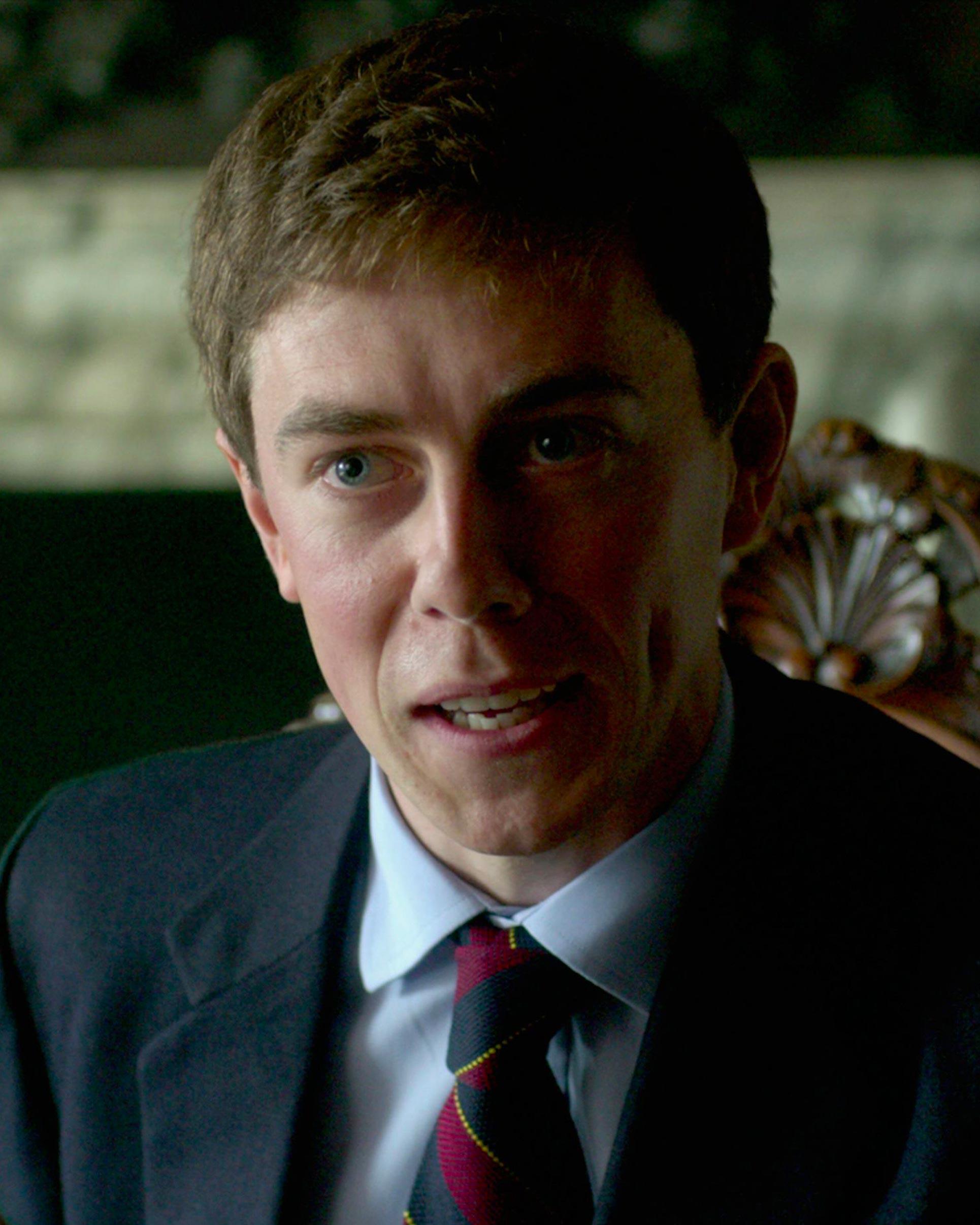 Том Бирн вобразе принца Эндрю всериале