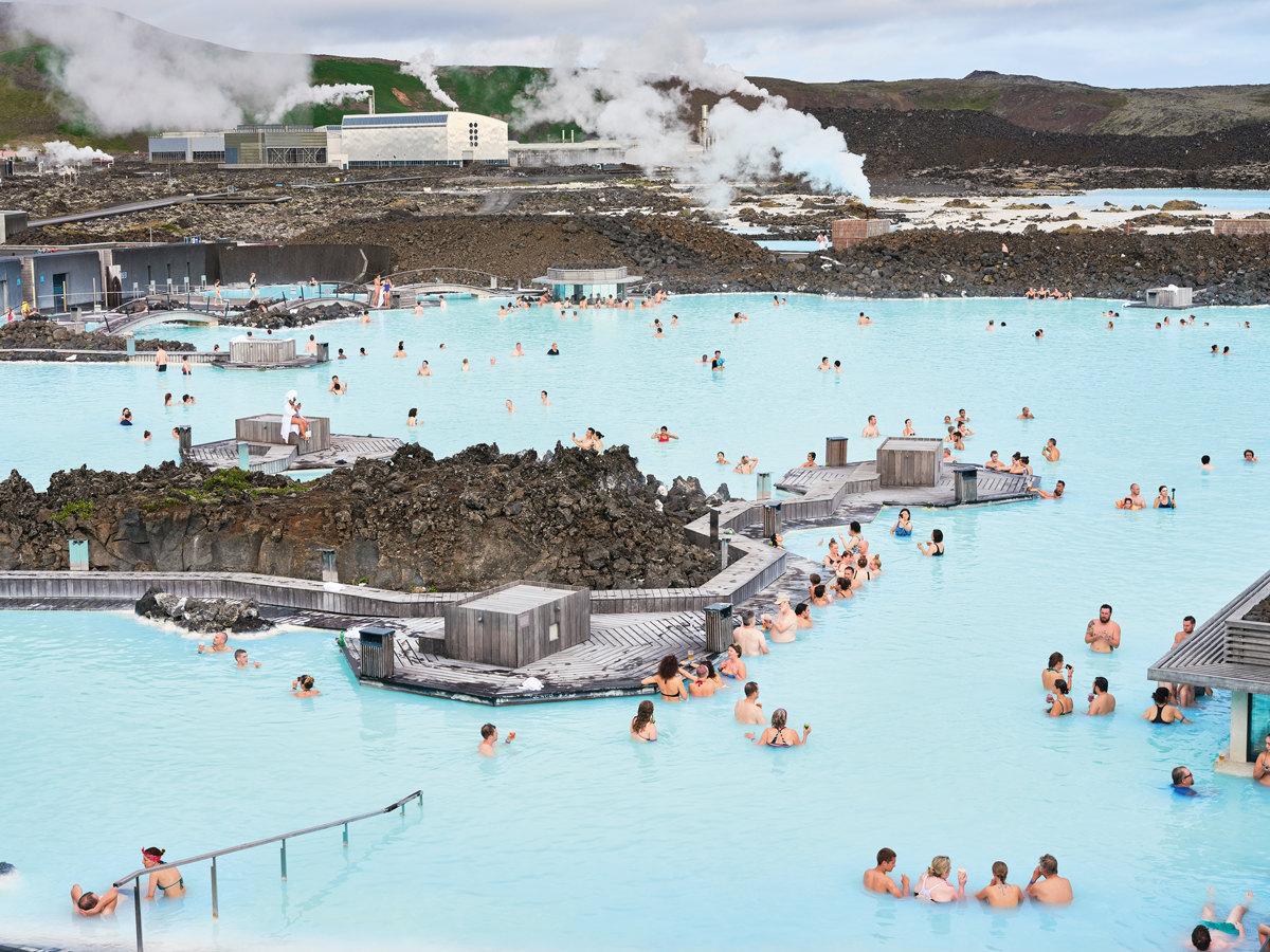 Блaуа-Лоунид, Исландия Курорт Блауа-Лоунид – пример экологичного симбиоза человека ипромышленности. Геотермальная электростанция Свартсенги поставляет электричество итепло в21 000 домов, а пруд-накопитель, куда сбрасывается отработанная горячая вода, – один изсамых популярных горячих источников вИсландии. Вода считается лечебной, голубой цвет ей придает высокое содержание диоксида кремния.