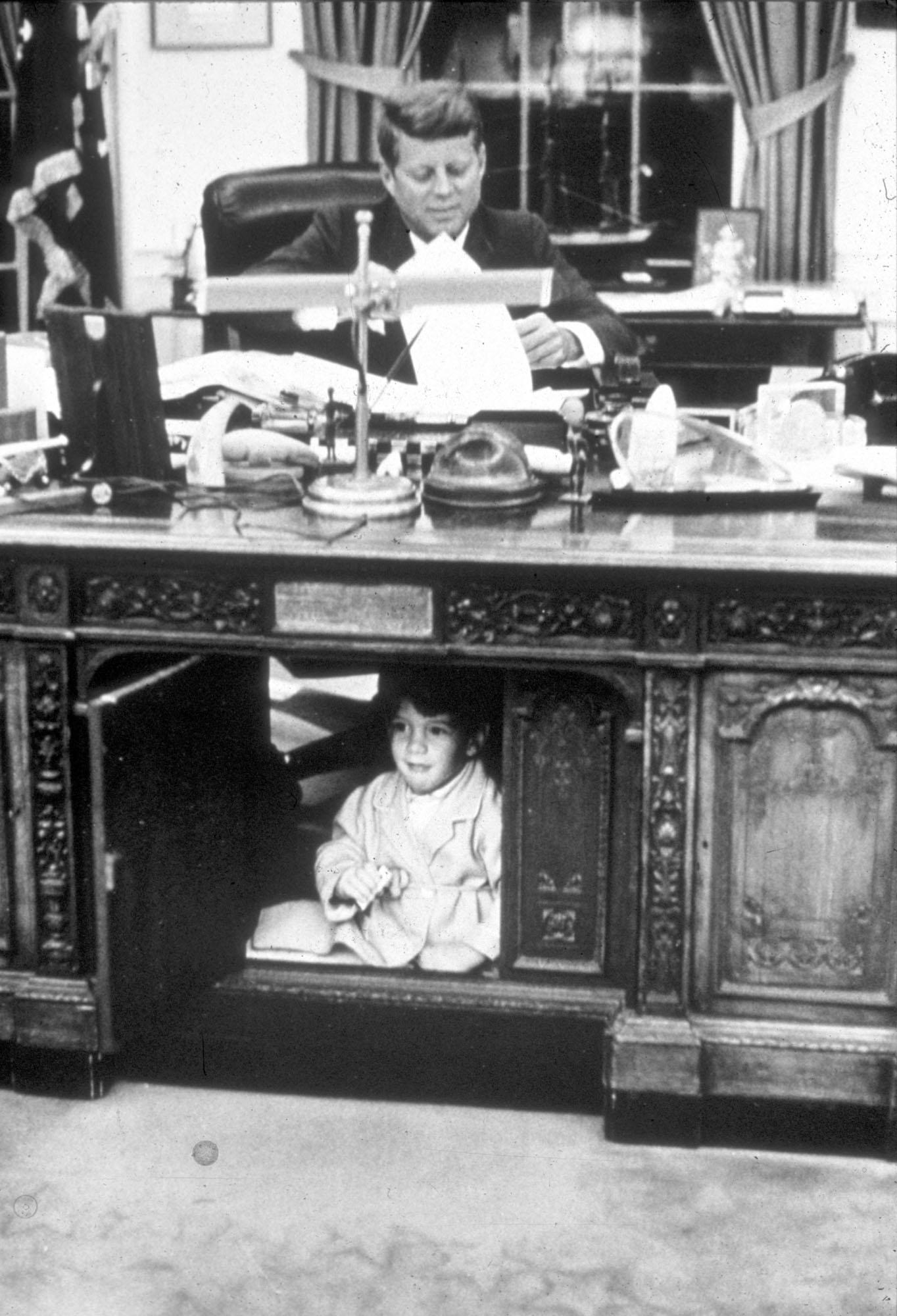 Джон Ф. Кеннеди-младший играет вОвальном кабинете, пока его отец работает,