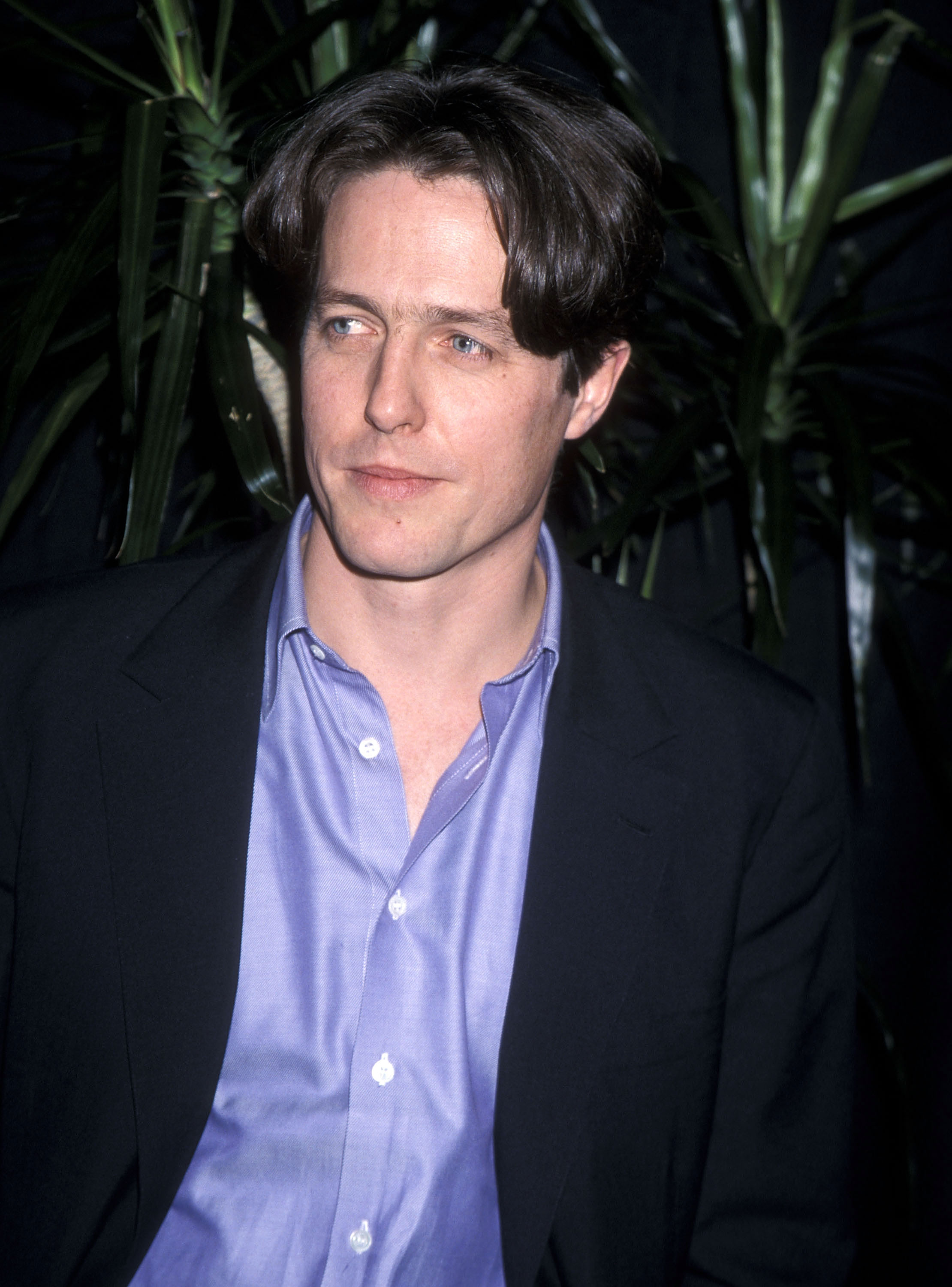 Actor Hugh Grant attends the 1999 NATO/ShoWest Convention on March 9, 1999 at Bally's Hotel and Casino in Las Vegas, Nevada. КРЕДИТ