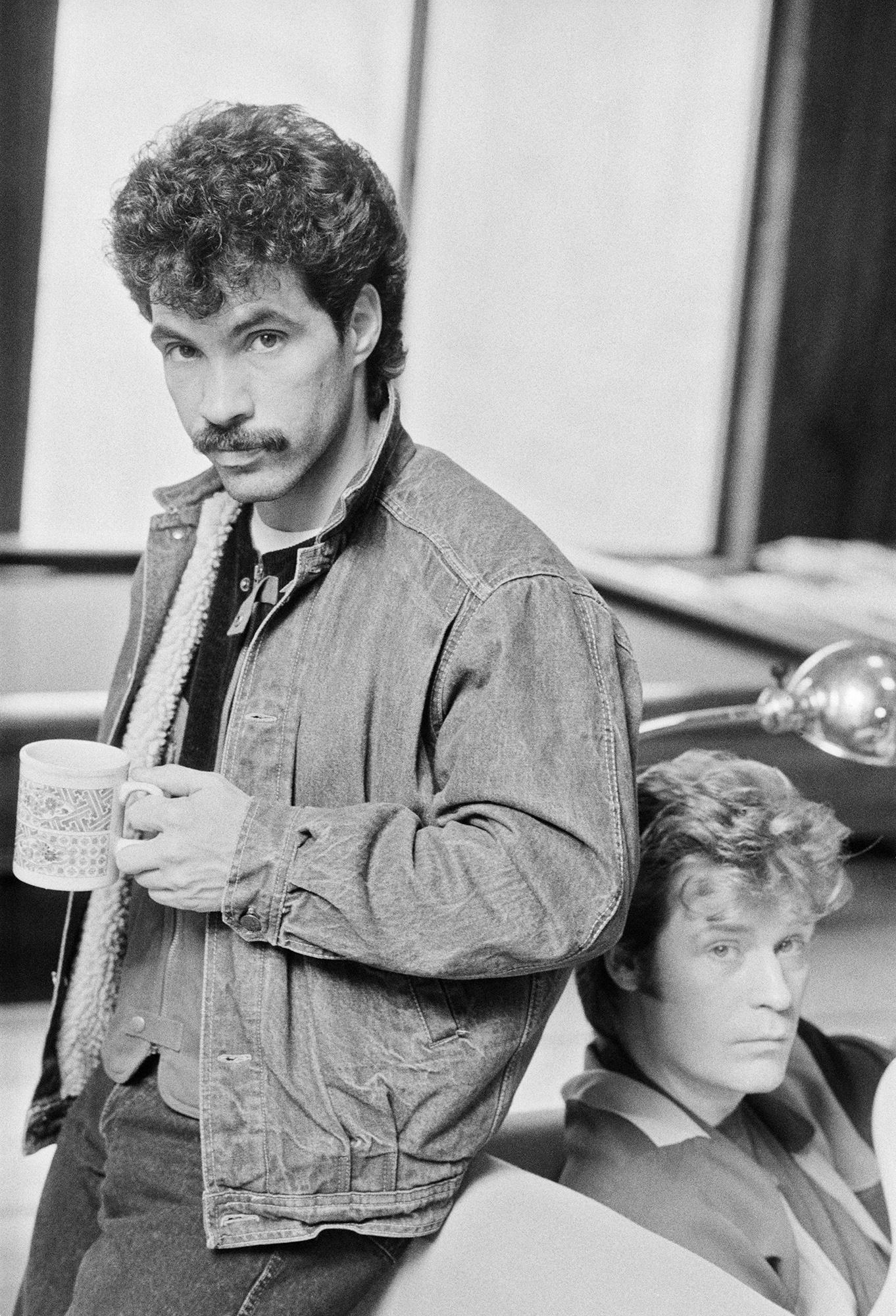 Джон Оутс (слева) иДэрил Холл, дуэт Hall & Oates, вфеврале 1983 года