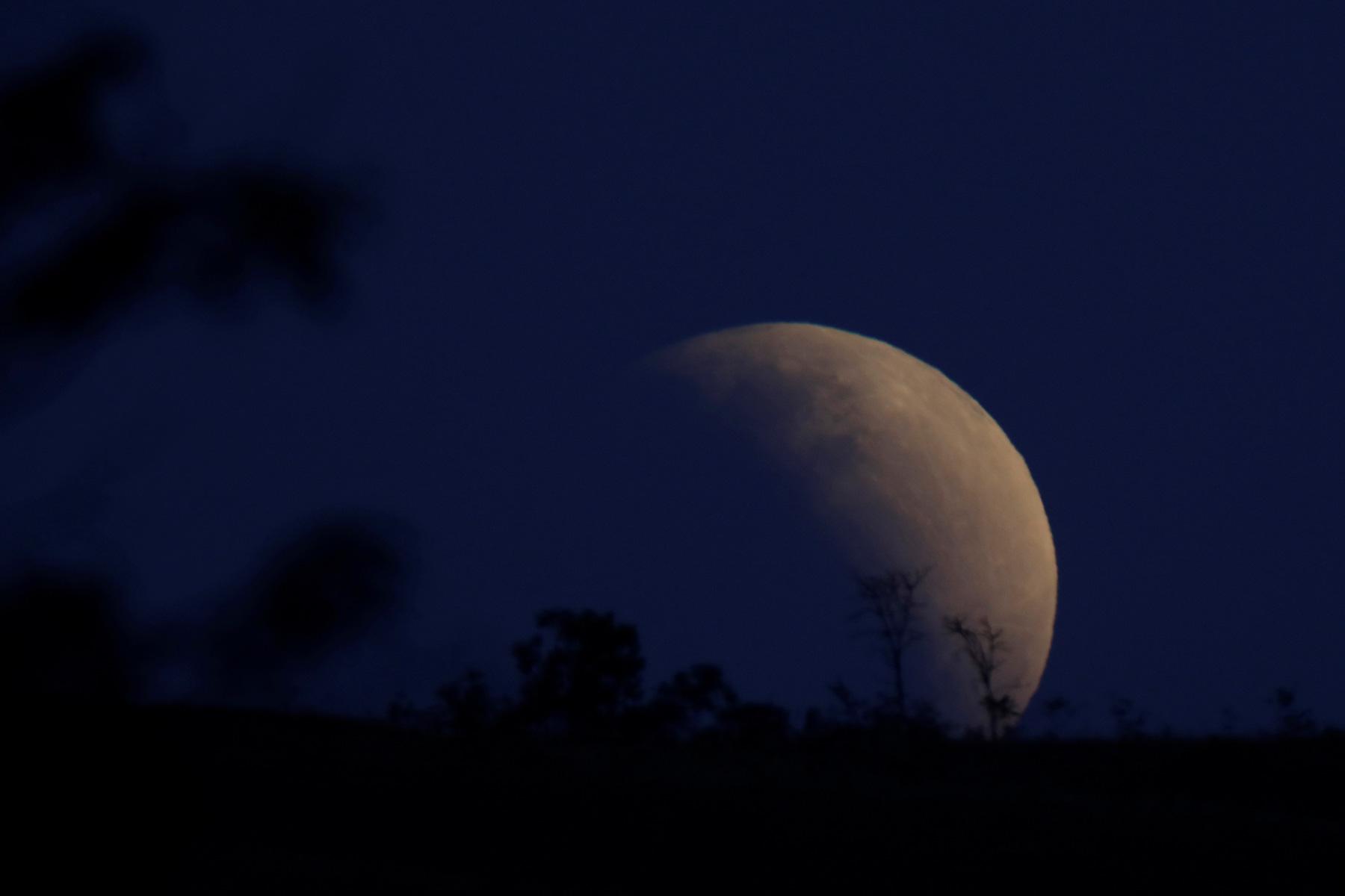 Частичное лунное затмение встолице Бразилии.