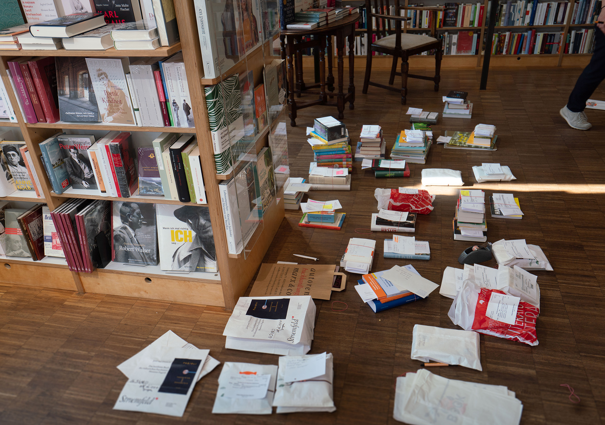 Hessen, Frankfurt/Main: Ready-Made Book Orders Lie On The Floor Of The Authors' Bookshop Marx & Co In Frankfurt's Westend. The Shop Is Closed In The Corona Crisis, But Orders Are Accepted And Delivered In The Immediate Vicinity. DPA/Legion Media