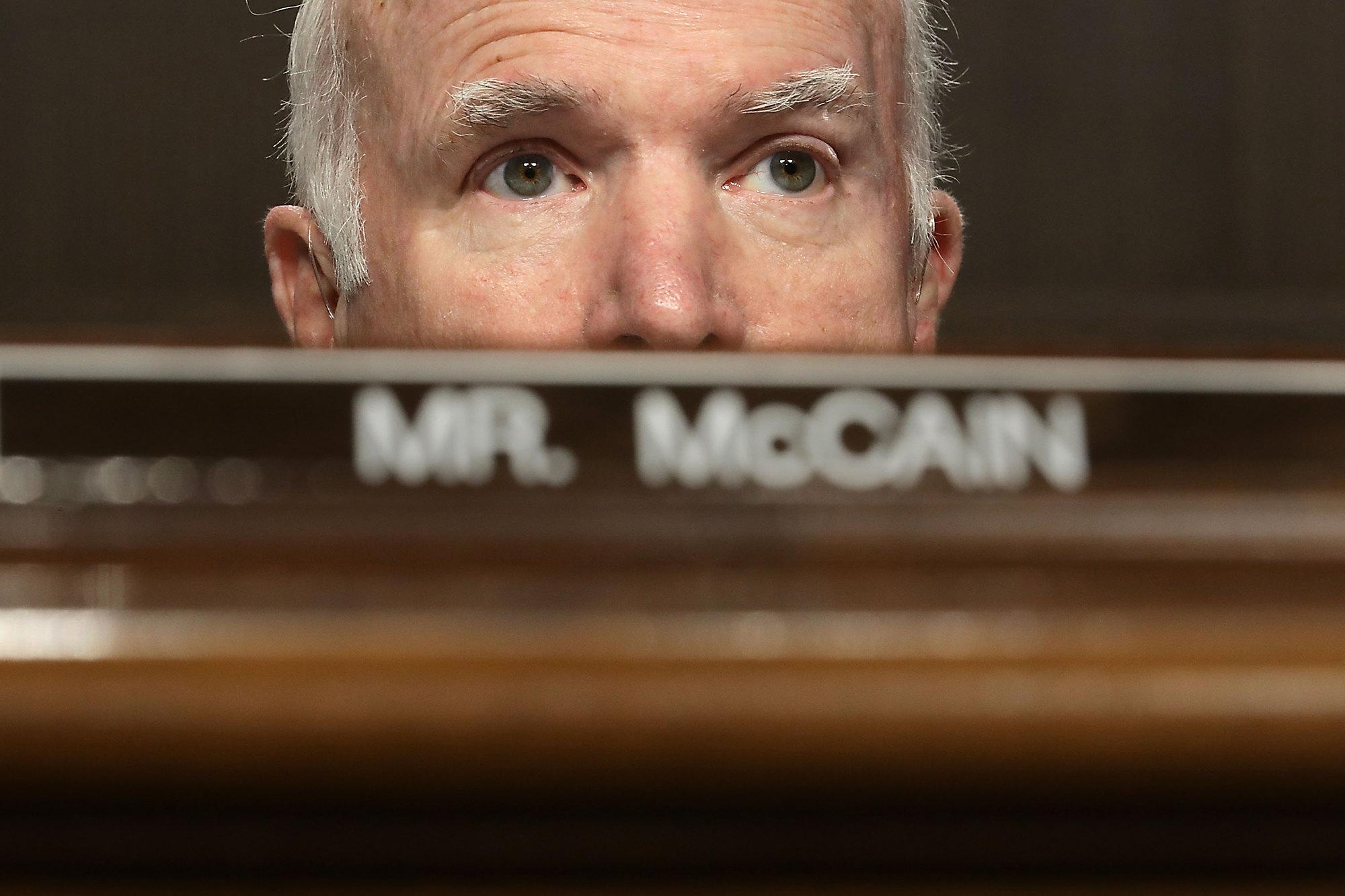 Председатель комитета поВооруженным силам Джон Маккейн проводит слушания повопросу утверждения вдолжности министра армии США, ноябрь 2017 г.