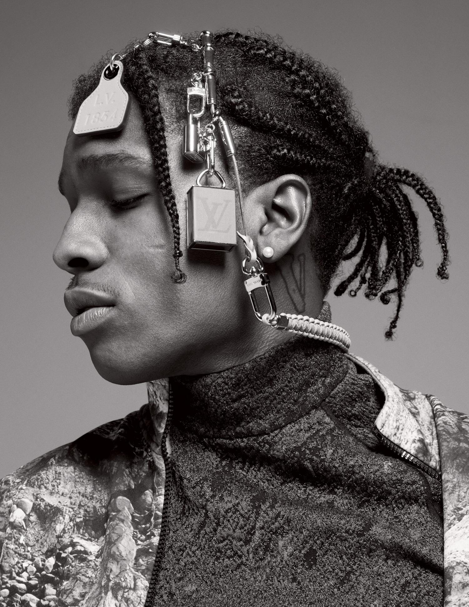 Куртка, водолазка, ожерелье — все Louis Vuitton