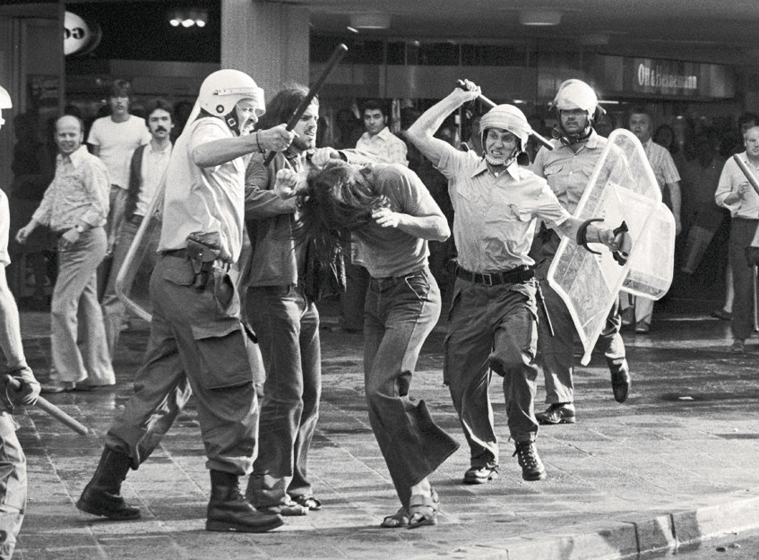 Пока немецкие студенты учились стрелять, немецкая полиция училась разгонять демонстрации