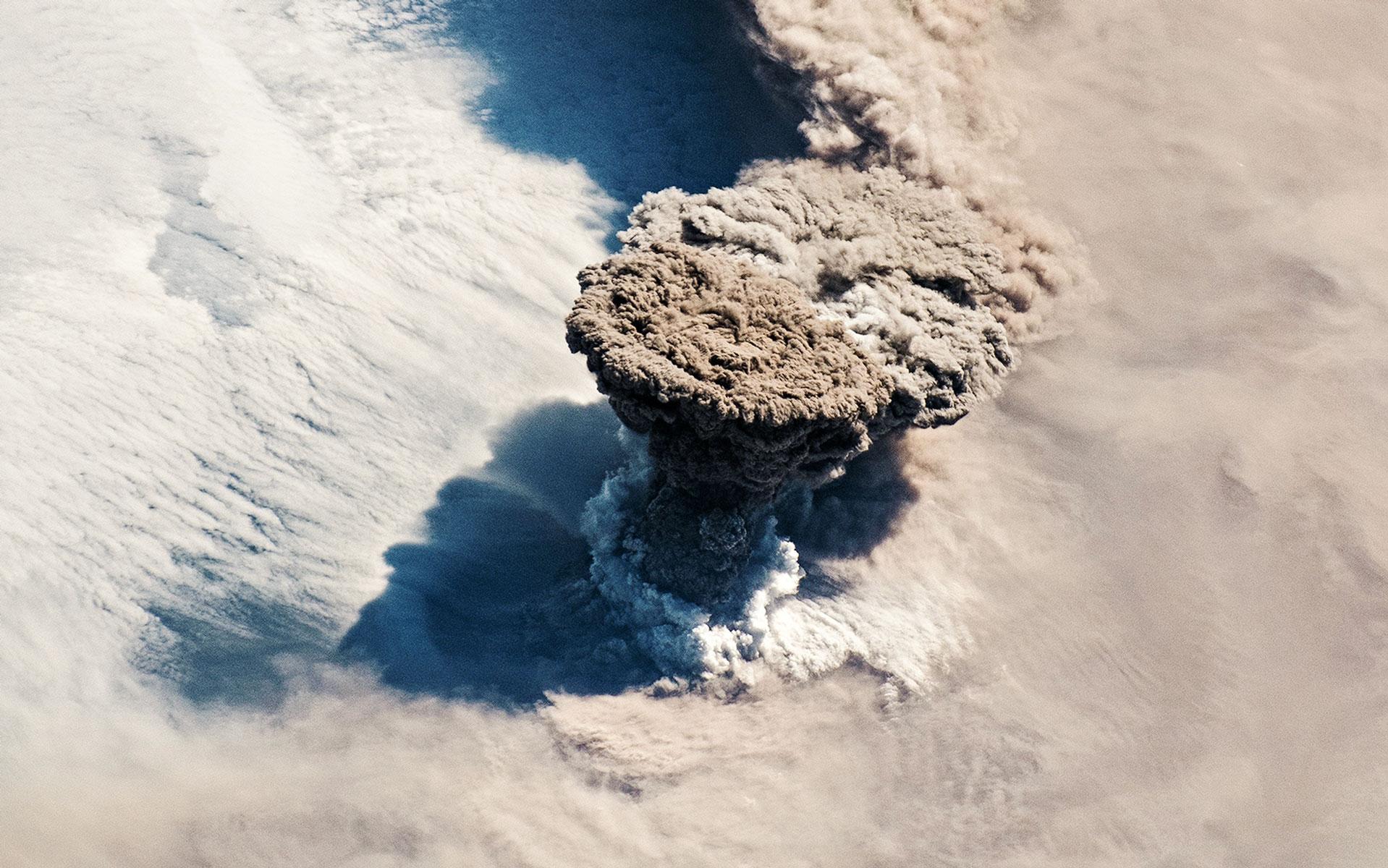 Астронавты наборту Международной космической станции засняли извержение вулкана Райкоке вцентральных Курилах. Во время первого извержения за100 лет вулкан уничтожил все живое нанебольшом одноименном острове всистеме Курильских островов