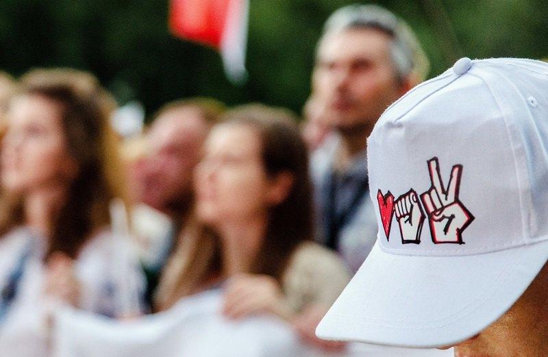 Участник вбейсболке сизображением эмблемы объединённого штаба кандидата