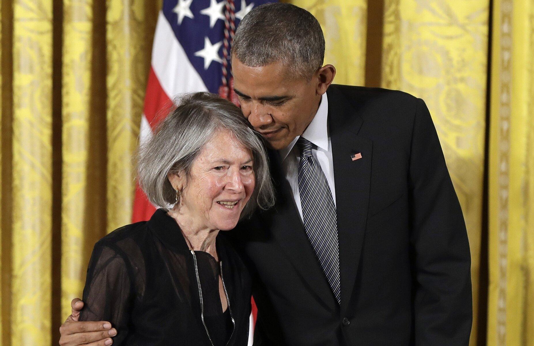 Луиза Глик иБарак Обама нацеремонии вручения Национальной медали зазаслуги всфере гуманитарных наук США вБелом доме, 2015 год.