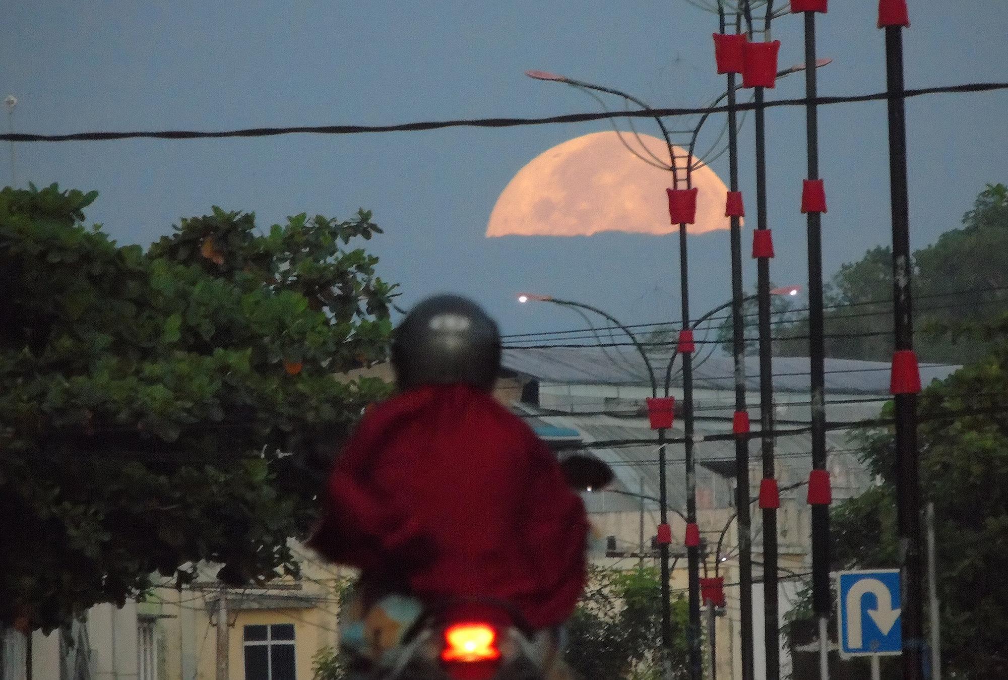 Розовая Луна надостровом Бинтан вИндонезии