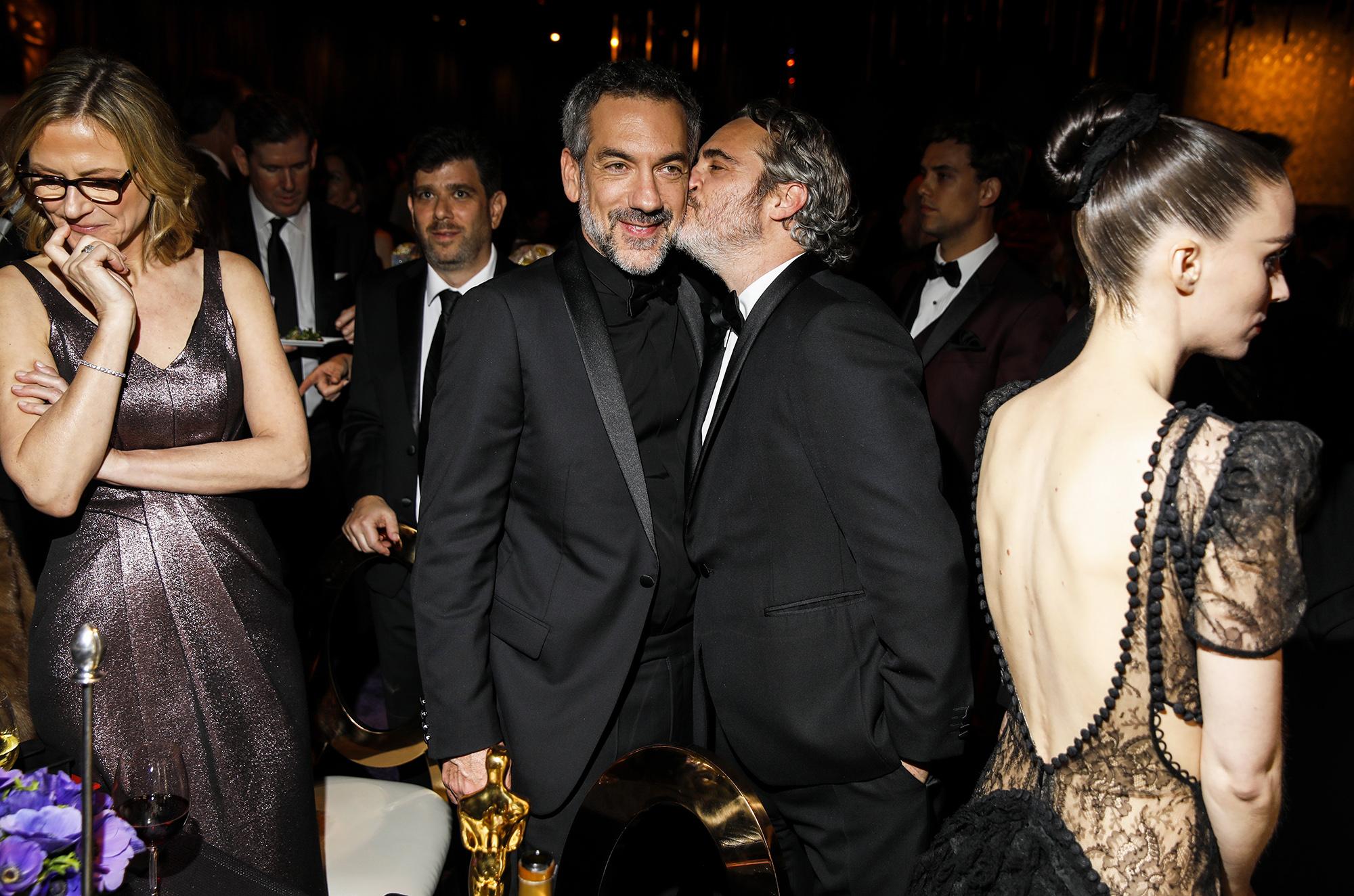 Хоакин Феникс целует вщеку режиссера Тодда Филиппса нагубернаторском балу
