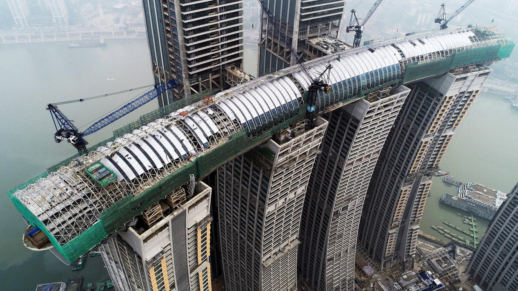 На фото видна конструкция несущей стены «небесного коридора» нанебоскребах бизнес-центра Раффлз-сити вЧунцине, Китай. Проект был успешно завершен вэтом месяце. 16 января 2019