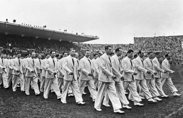 Спортивная делегация Советского союза наторжественном параде вХельсинки, 1952 год.