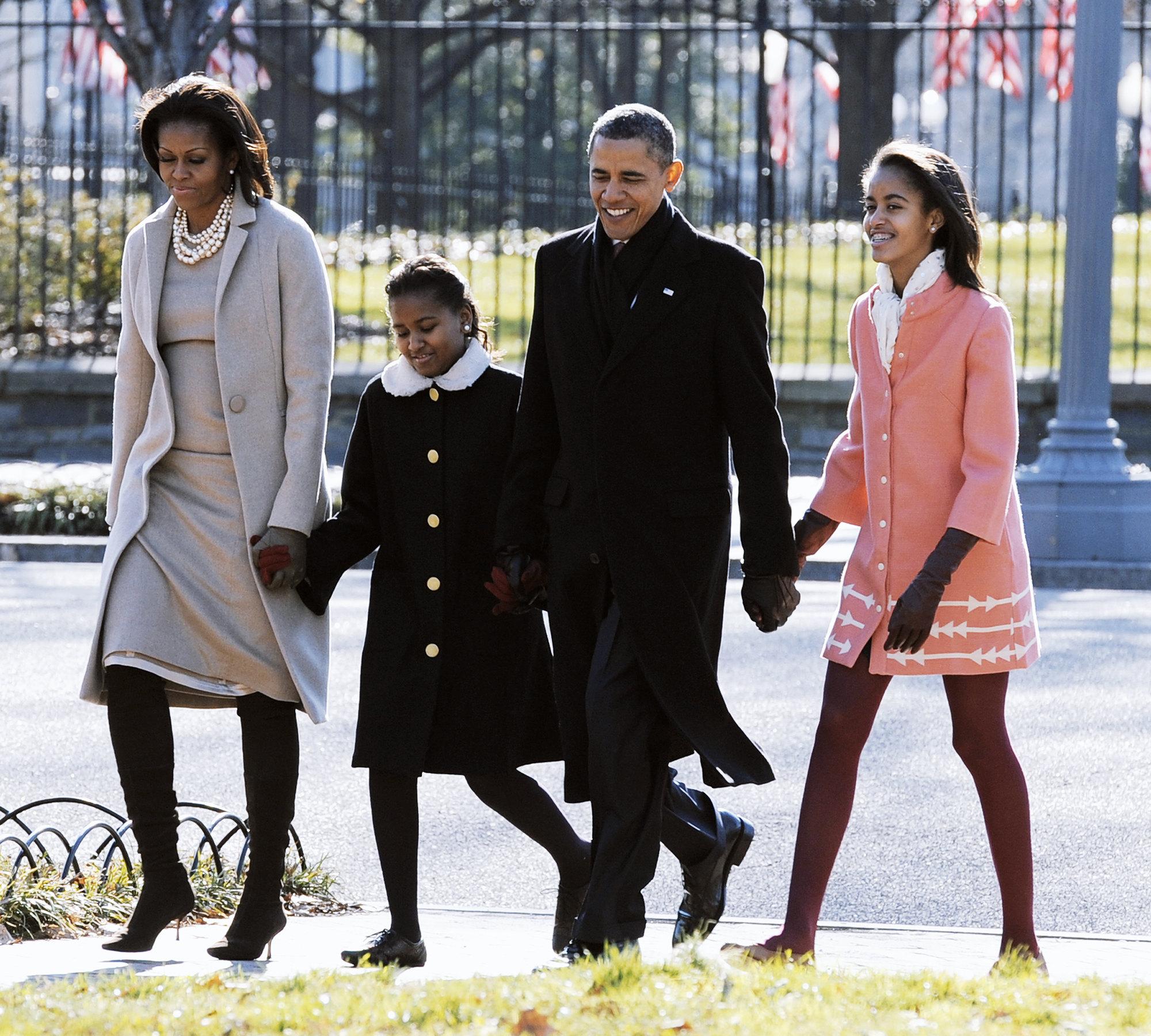 Барак иМишель Обама иих дочери Малия иСашаидут отБелого дома черезпарк Лафайет кцеркви Святого Иоанна наВоскресную службу 11 декабря 2011 года вВашингтоне, округ Колумбия.