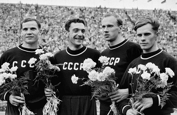 Советские легкоатлеты Борис Токарев, Лев Каляев, Леван Санадзе иВладимир Сухарев — серебряные призеры Олимпиады вэстафете 4х100 метров, Хельсинки, 1952 год.