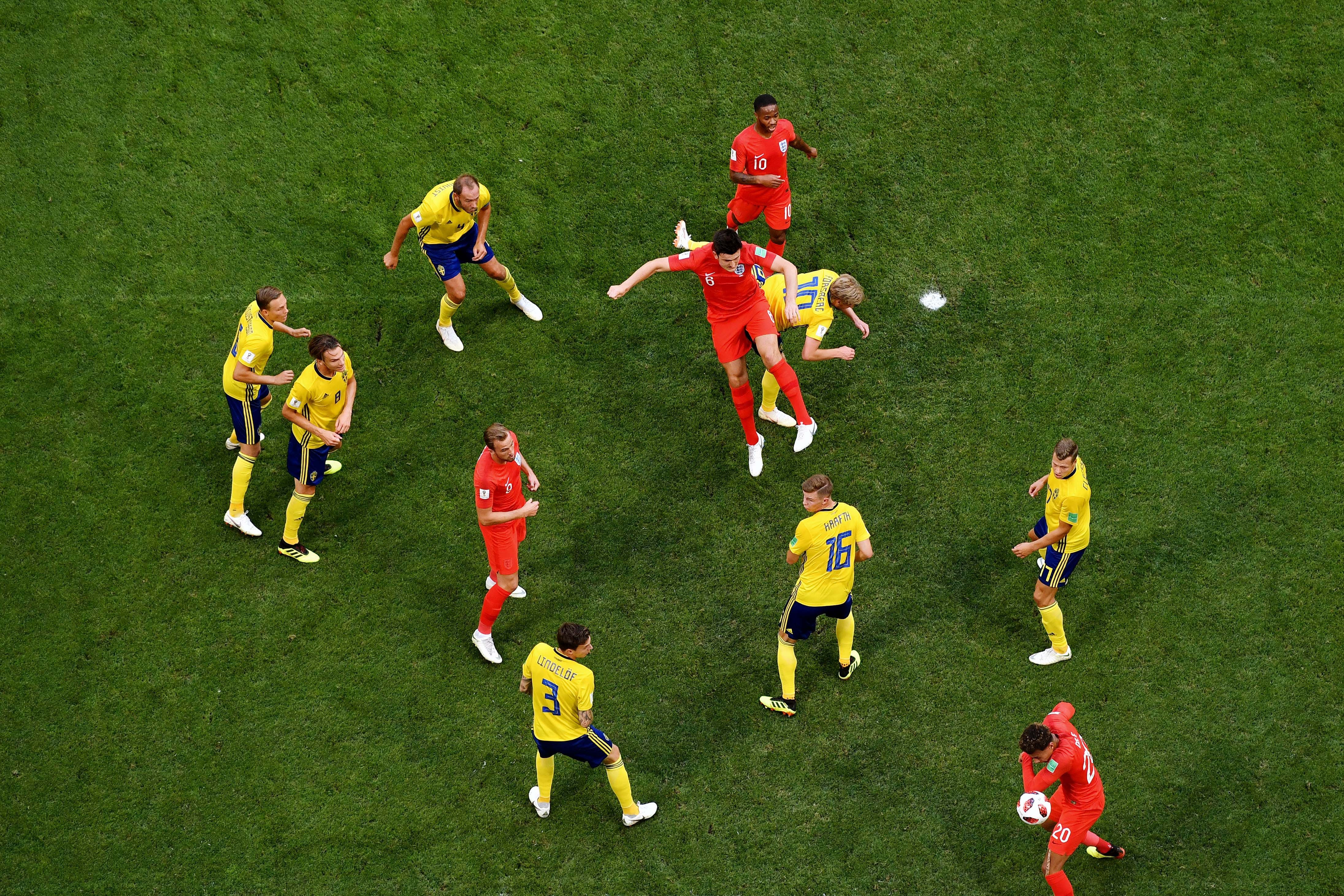 Матч Англии против Швеции, защитник Гарри Магуайр забивает головой иоткрывает счет