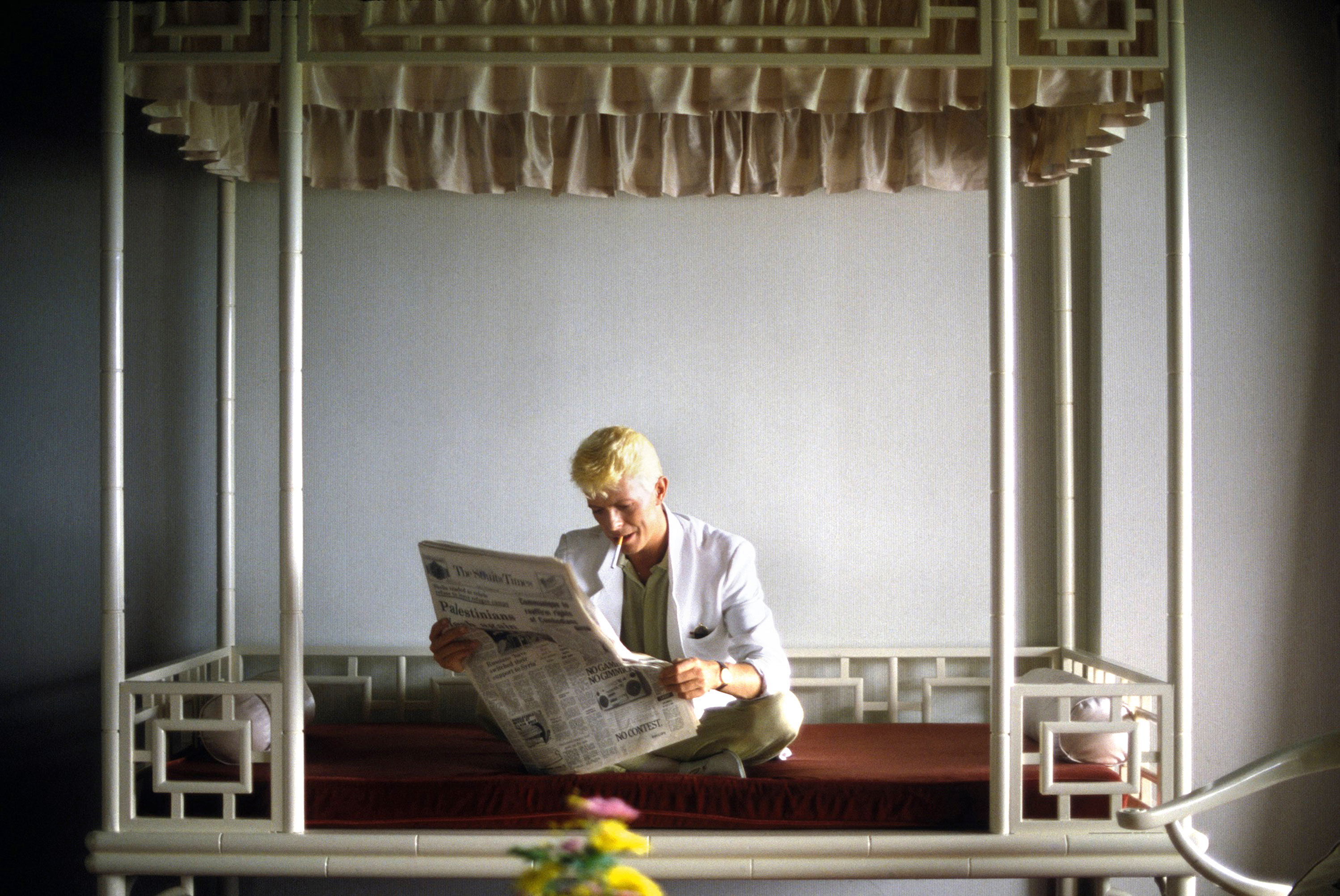 Дэвид Боуи читает свежий номер газеты The Straits Times, Гонконг, 1983