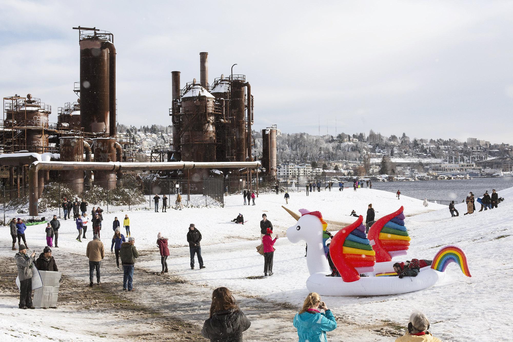 9 февраля наСиэтл обрушился сильнейший за70 лет снегопад. Это непомешало местным жителям выйти напрогулку вПарк Гас Уоркс (Gas Works Park). Раньше наэтом месте располагалась фабрика газовой компании Seattle Gas Light Company. После ее закрытия индустриальные постройки было решено оставить, облагородив иозеленив территорию завода.