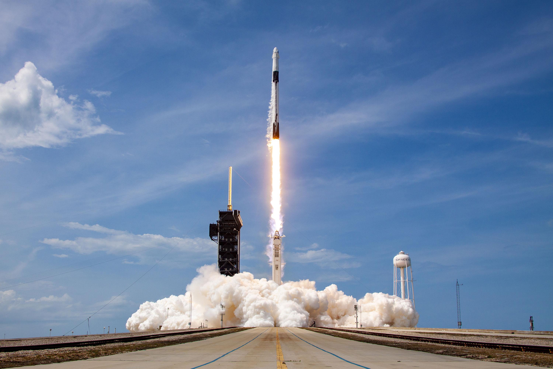 Запуск ракеты SpaceX Falcon-9 икапсулы Crew Dragon смыса Канаверал, отправляющих астронавтов наМеждународную космическую станцию