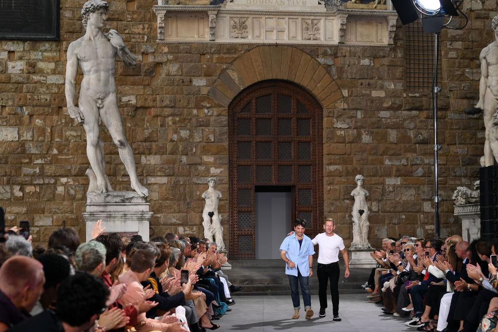 Дизайн-директор мужской иженской линий Гийом Мейан (слева) иПол Эндрю (справа) вфинале шоу