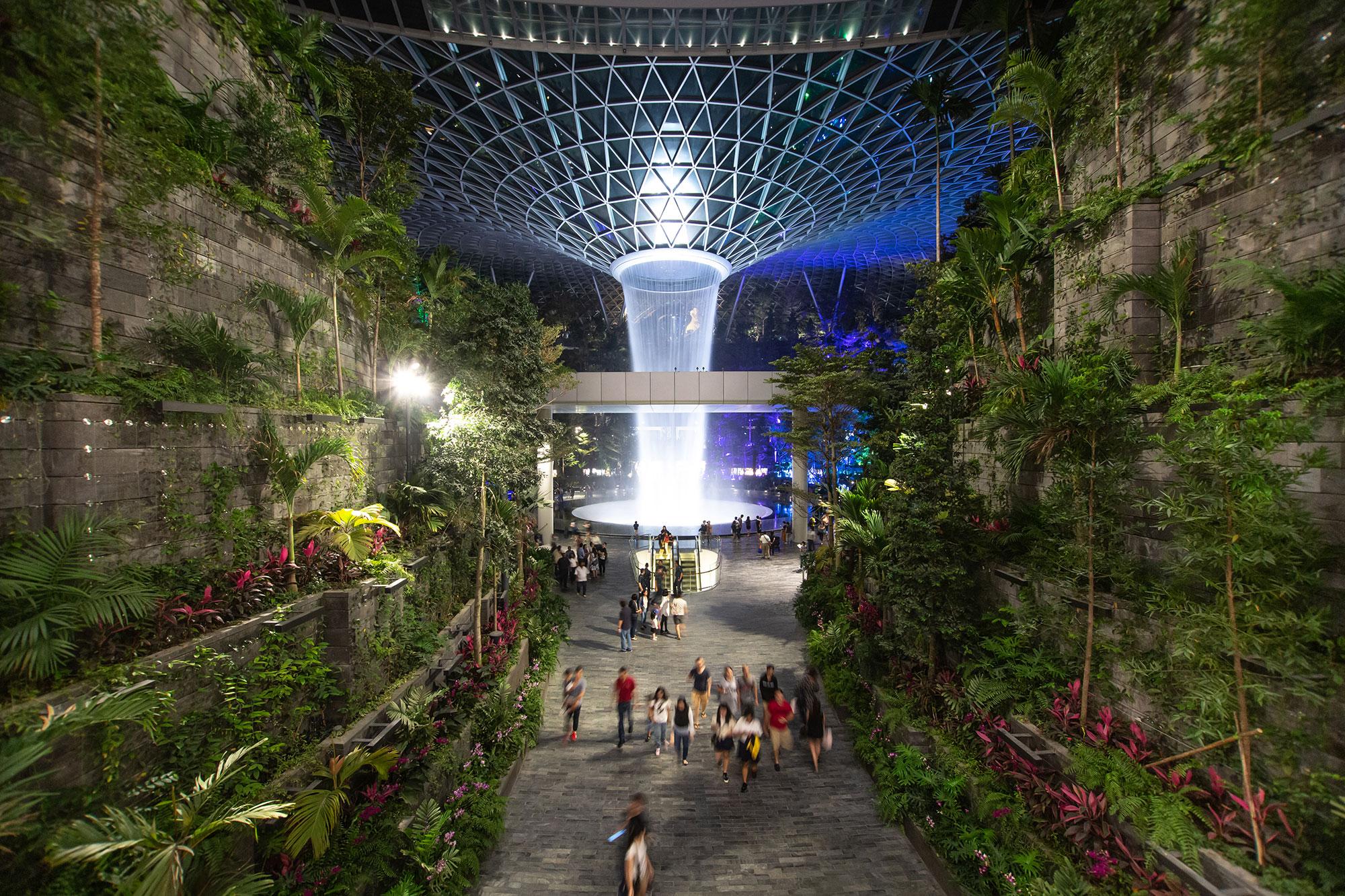 В сингапурском аэропорту Чанги есть огромный водопад ивысажен целый сад
