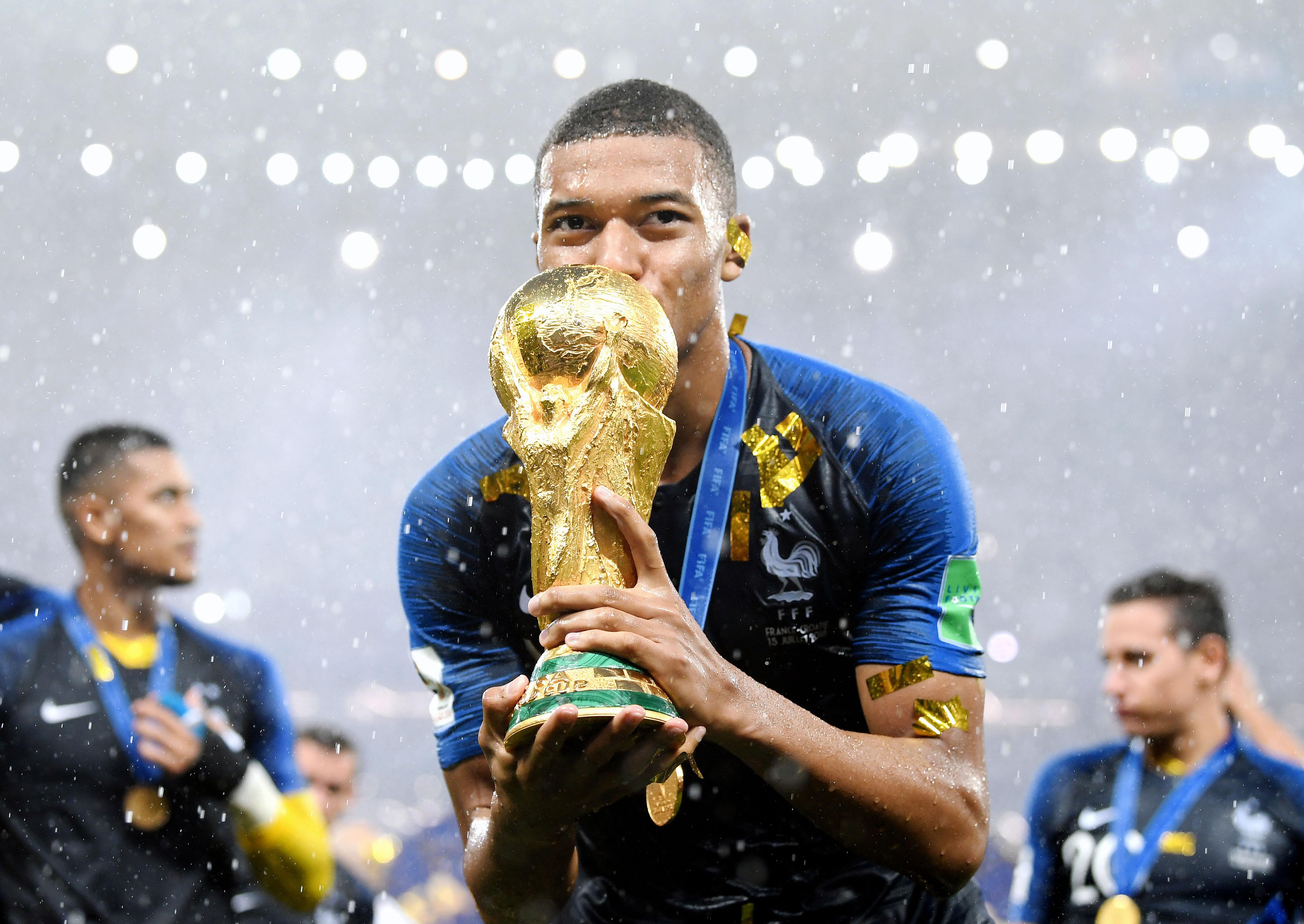 Нападающий сборной Франции Килиан Мбаппе целует Кубок мира. 19-летний Мбаппе — самый юный игрок со времен Пеле, оформивший дубль водном матче ЧМ.
