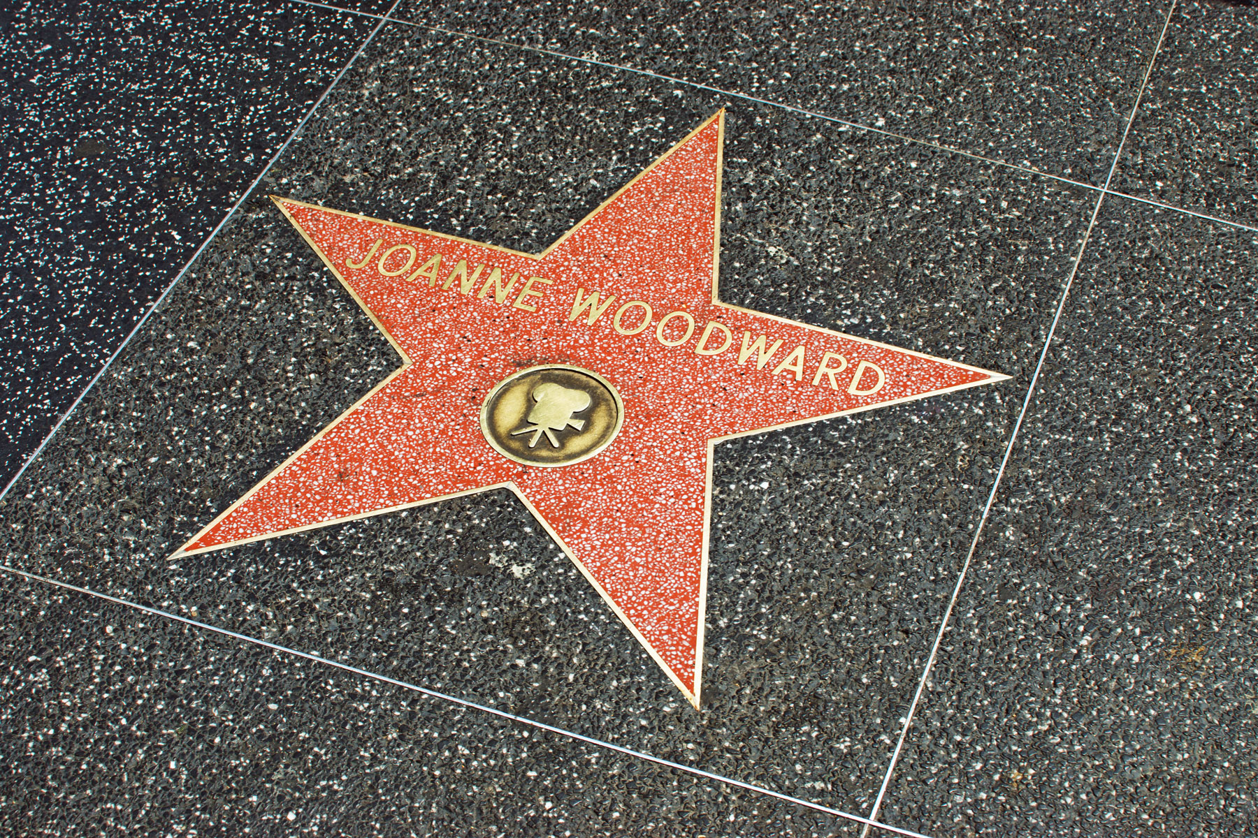 Звезда наАллее славы американской актрисы Джоан Вудворд, 2014 год.Звезда наАллее славы американской актрисы Джоан Вудворд, 2014 год. Вудворд была вчисле восьми деятелей кино, получивших звезду набульваре Голливуд (однако первые памятные знаки были временными — первую постоянную звезду получил режиссер Стэнли Крамер)oanne Woodward star on Hollywood Walk of Fame in Hollywood, California. This star is located on Hollywood Blvd. and is one of over 2000 celebrity stars embedded in the sidewalk. It was one of the first 8 inaugural stars.31 minutes ago