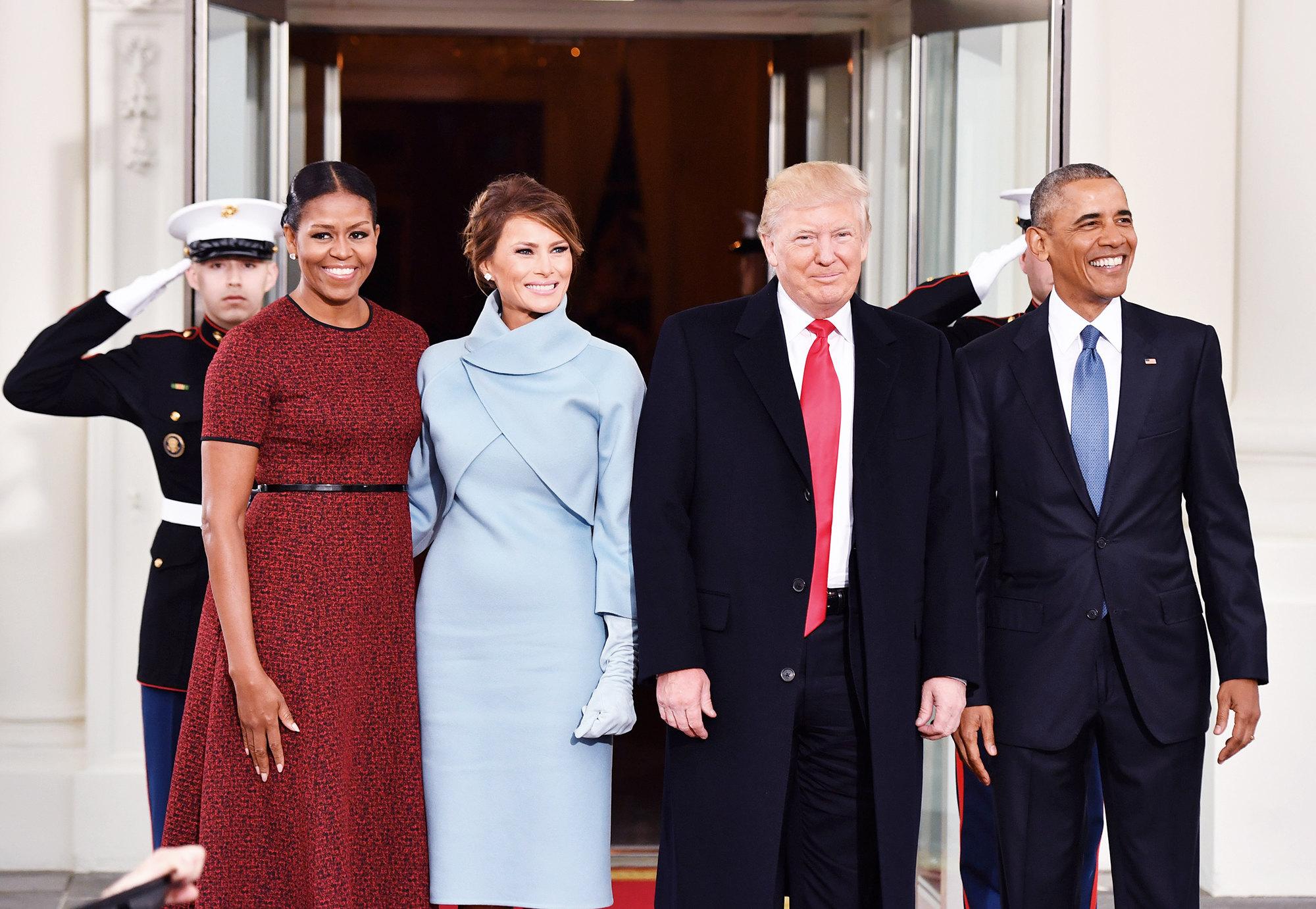 Президент Барак Обама ипервая леди Мишель Обама позируют сизбранным президентом Дональдом Трампом иего женой Меланией вБелом доме перединаугурацией Трампа 20 января 2017 года вВашингтоне, округ Колумбия.