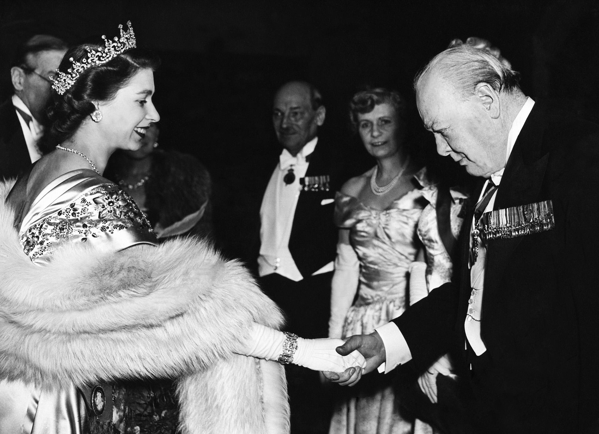 Принцесса Елизавета приветствует Уинстона Черчилля