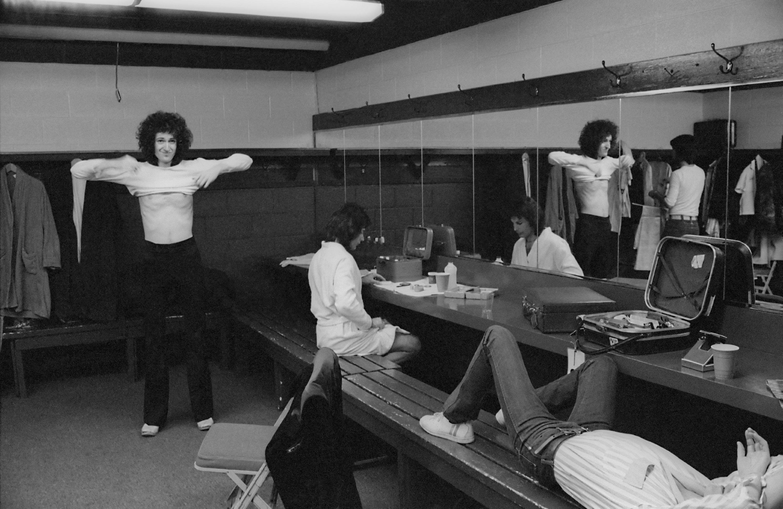 Бэкстедж передконцертом во время американского тура, январь 1977 года. British rock band Queen, backstage during the band's US tour, January 1977. КРЕДИТ Michael Ochs Archives/Getty Images