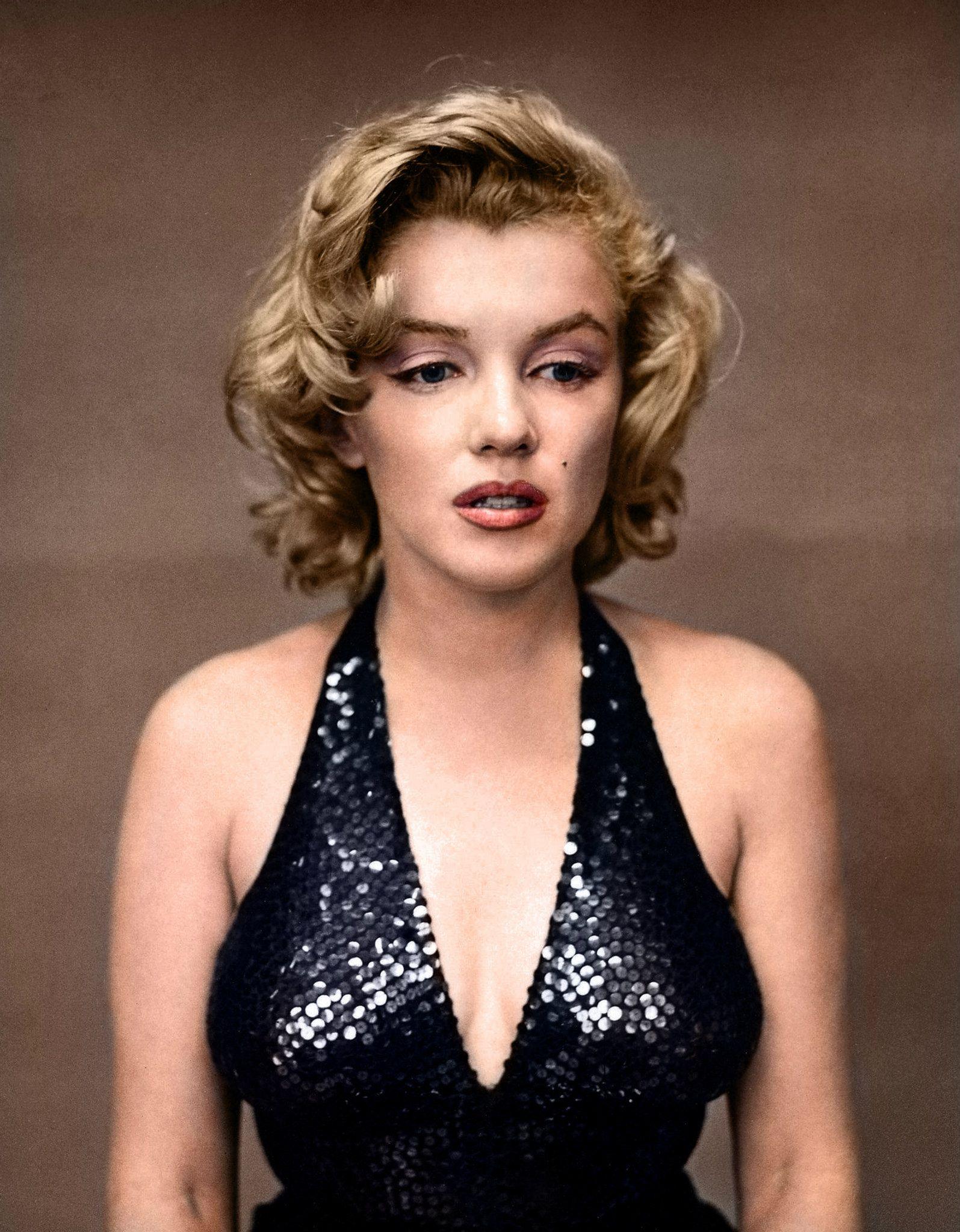 Мэрилин Монро, сфотографированная в1957 году после долгой вечеринки.