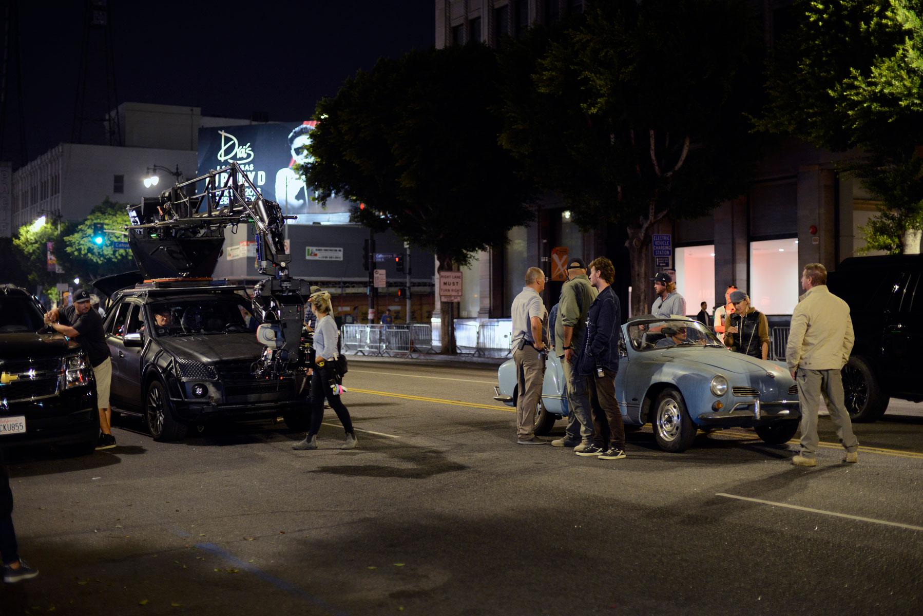 Брэд Питт навинтажном Volkswagen во время съемок