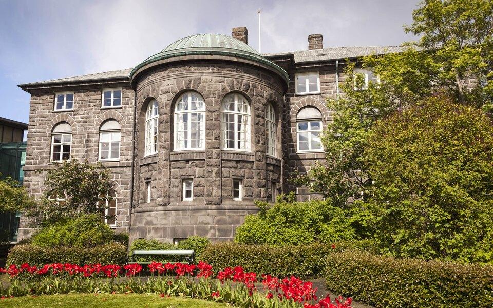Исландия после пересчета голосов перестала быть первой европейской страной с большинством женщин в парламенте