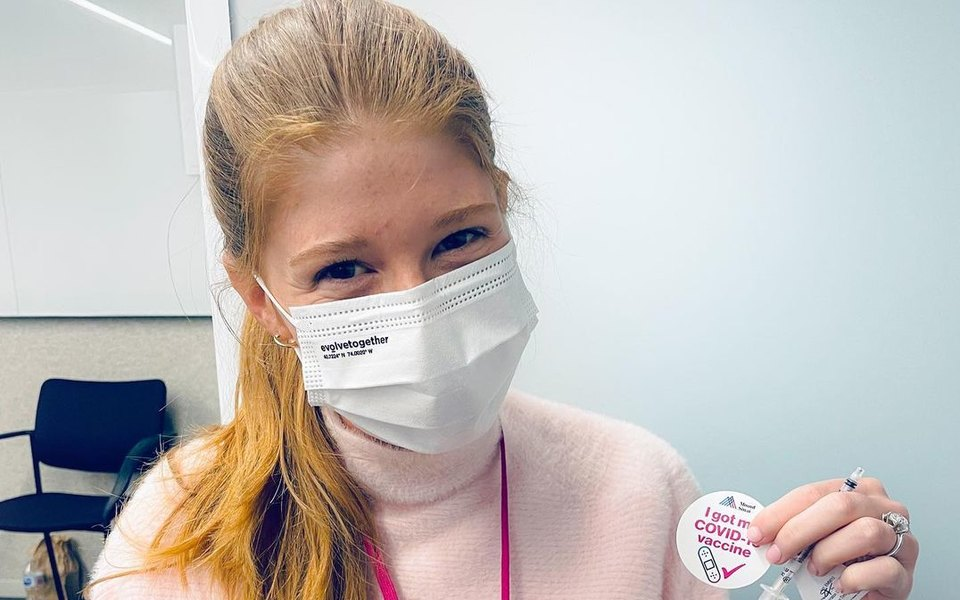 Дочь Билла Гейтса сделала прививку откоронавируса. Ипошутила прочипирование