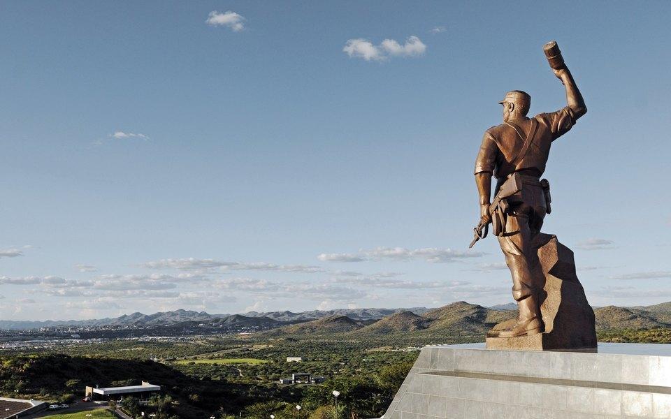 Как скульпторы изСеверной Кореи создают гигантские монументы повсей Африке