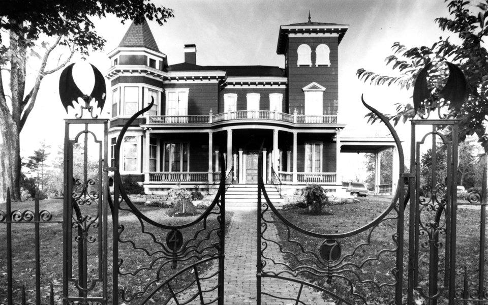 У Стивена Кинга есть викторианский особняк, где он жил иработал. Теперь там смогут погостить молодые писатели