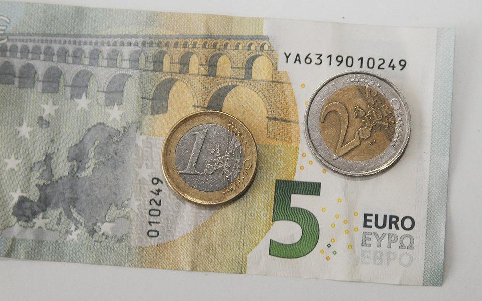 В Финляндии людям два года выплачивали по 560 евро в месяц просто так в порядке эксперимента. Люди стали чувствовать себя увереннее