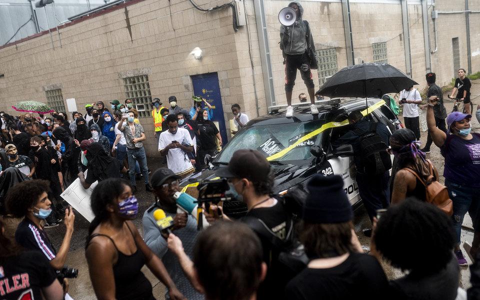 В Миннеаполисе полицейский применил удушающий прием призадержании афроамериканца. Вскоре мужчина умер, а вгороде начались протесты