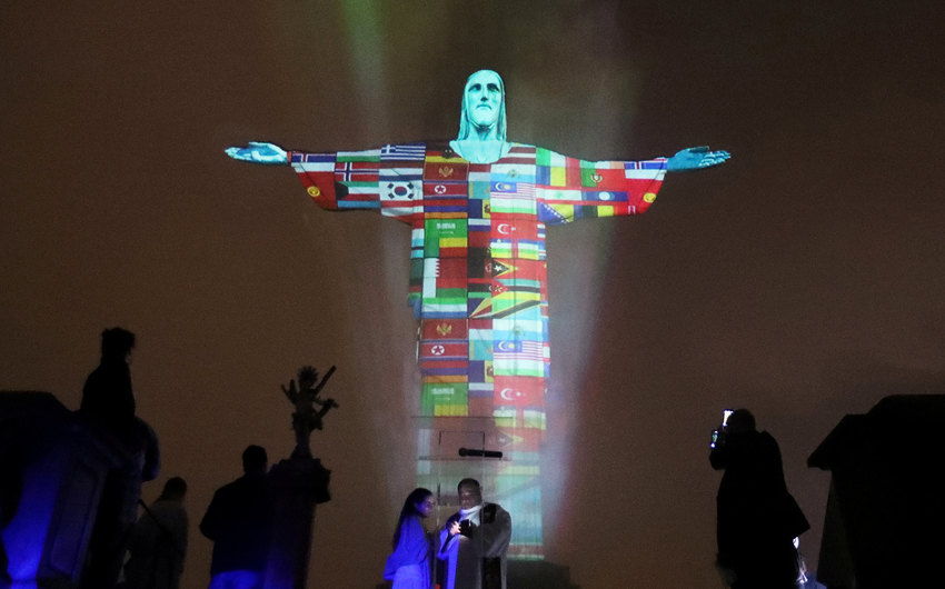 Статуя Христа-Искупителя в проекциях флагов всех стран, пострадавших от коронавируса