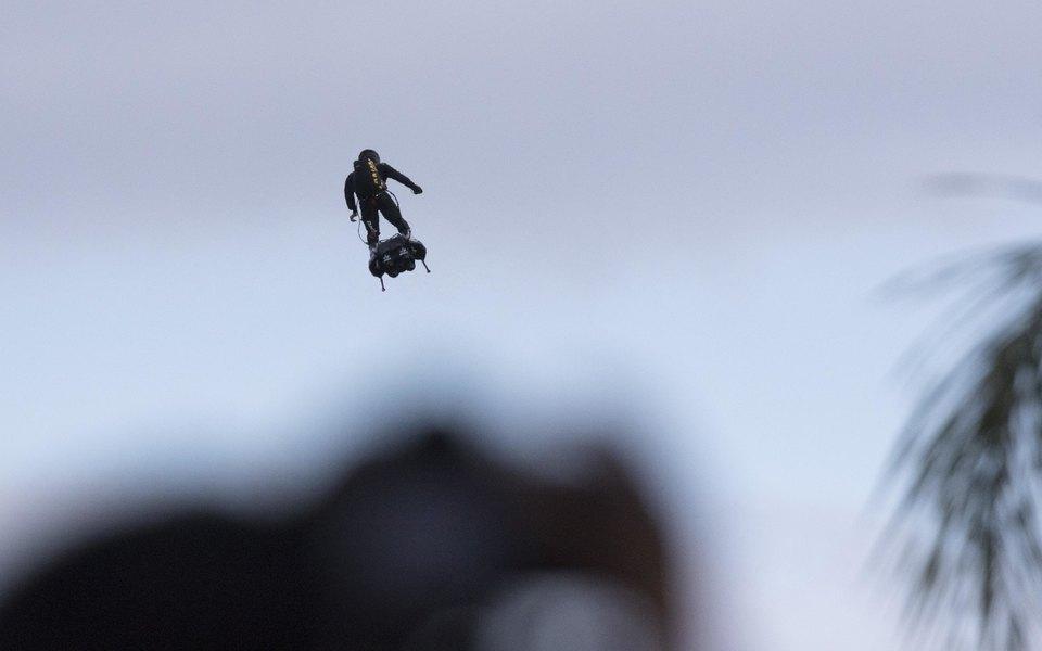 В Лос-Анджелесе сняли навидео неуловимого человека сджетпаком. Он вновь пролетал возле самолета