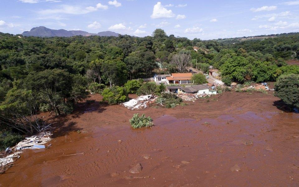 В Бразилии прорвало дамбу. Около 300 человек пропали безвести
